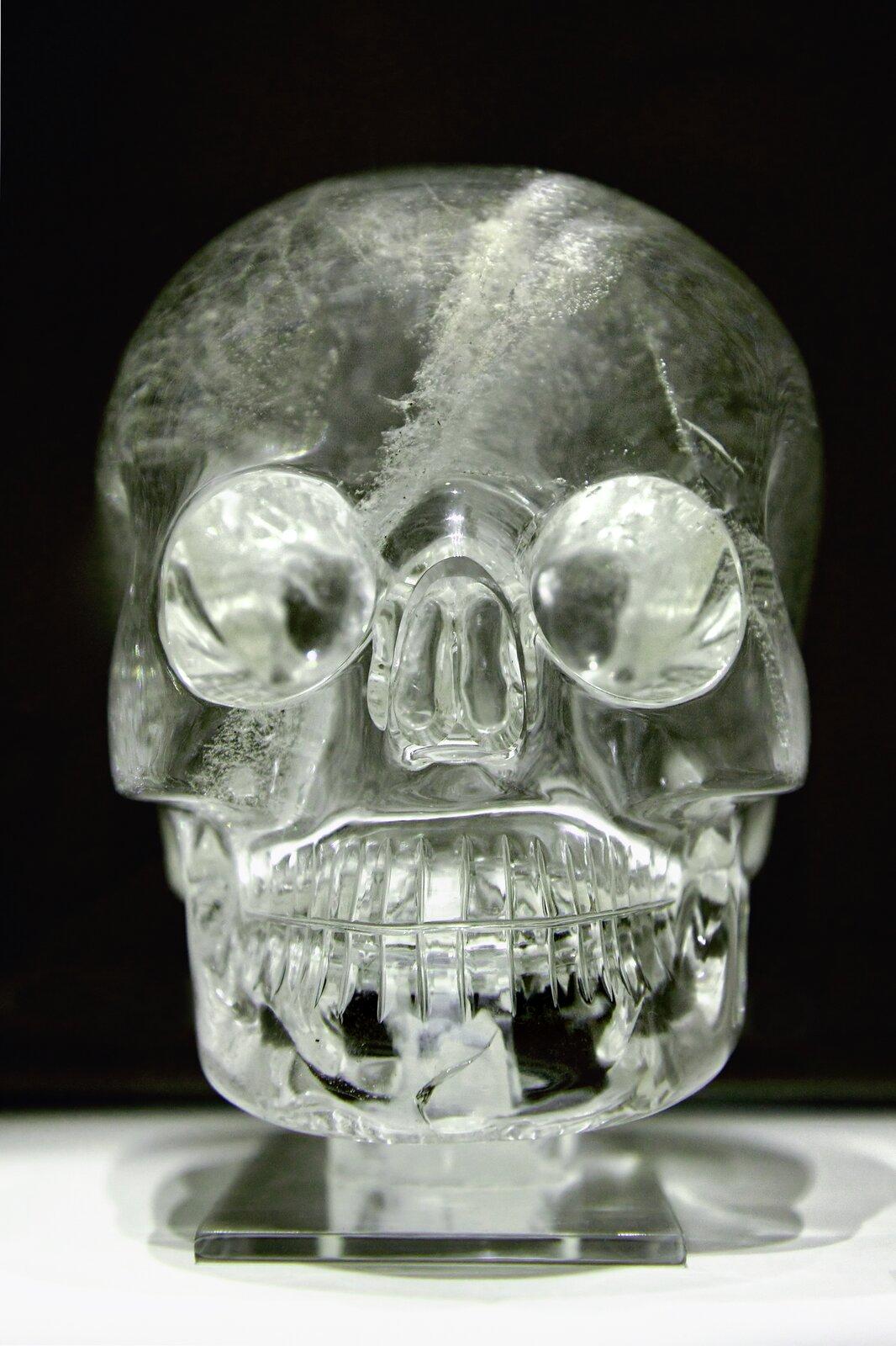 Zdjęcie przedstawia czaszkę wykonaną zkryształu górskiego, której pochodzenie niektórzy przypisują prekolumbijskim ludom Ameryki Południowej. Jednak najnowsze badania wykazują ich europejskie pochodzenie iwiek nie przekraczający 300 lat.
