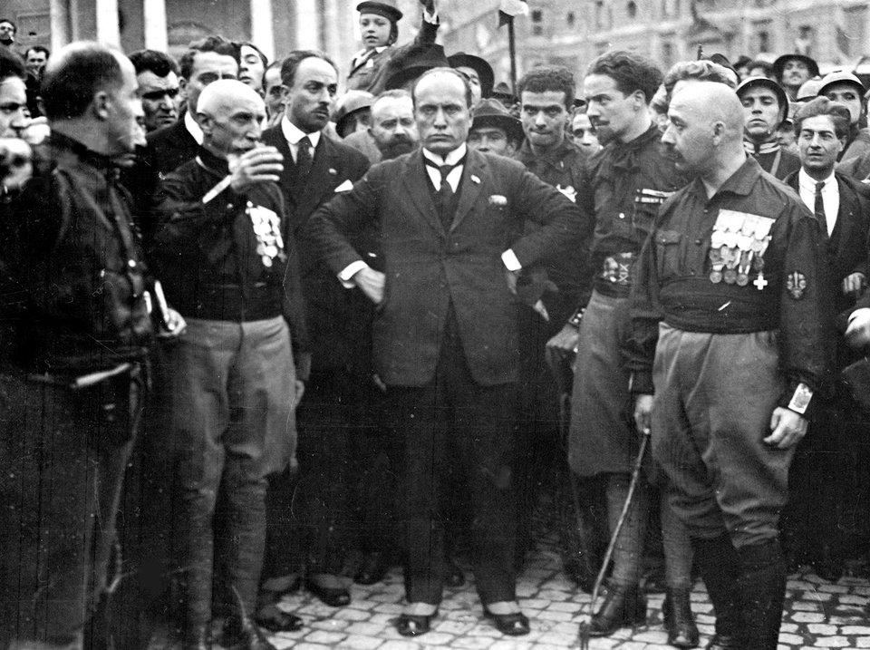 Uczestnicy marszu na Rzym. Na zdjęciu wcentrum Mussolini Uczestnicy marszu na Rzym. Na zdjęciu wcentrum Mussolini Źródło: domena publiczna.