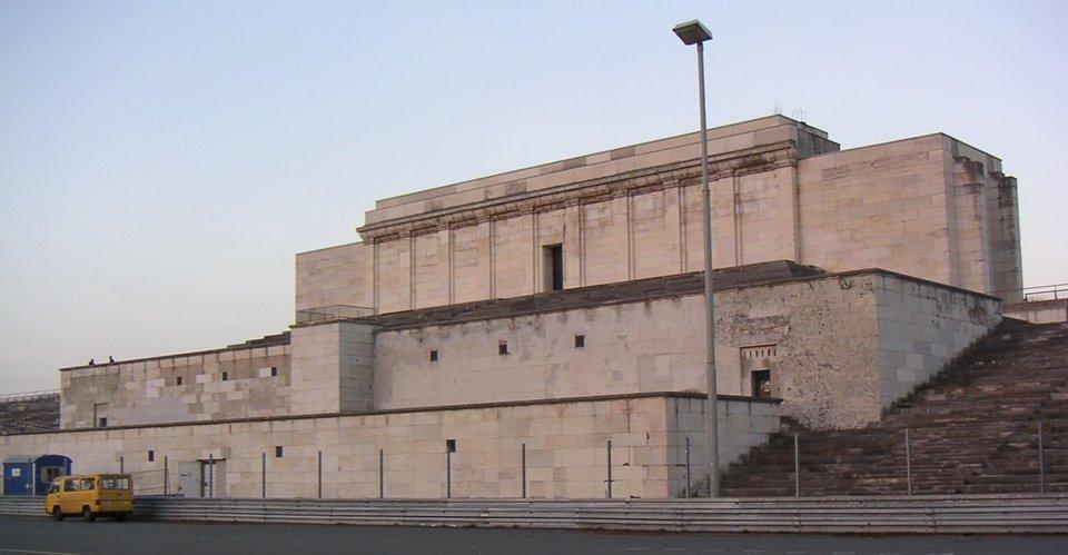 Trybunagłówna na Zeppelinfeld wNorymberdze Trybunagłówna na Zeppelinfeld wNorymberdze Źródło: Wikimedia Commons, licencja: CC BY-SA 2.0.