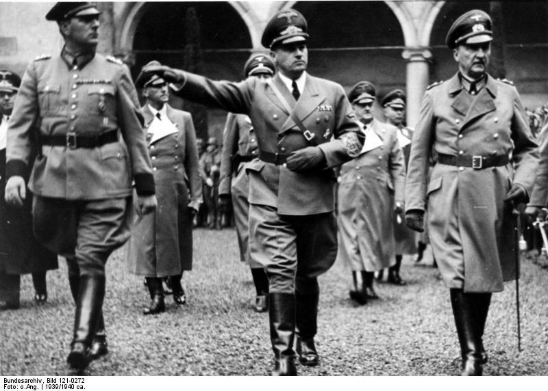 Hans Frank na dziedzińcu Wawelu Źródło: Hans Frank na dziedzińcu Wawelu, 1939, Fotografia, Bundesarchiv, licencja: CC BY-SA 3.0.