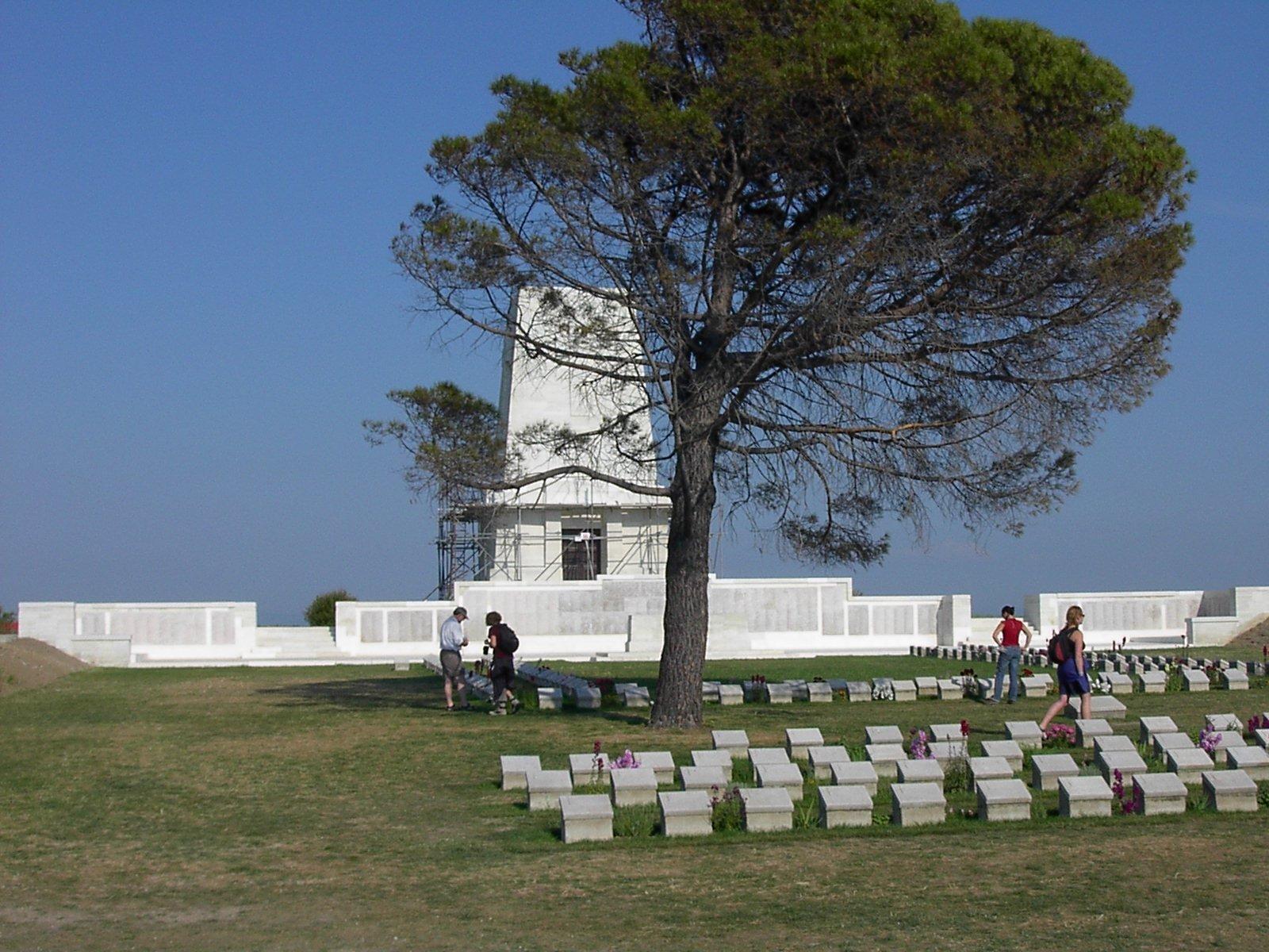 Zdjęcie australijskich pomników na cmentarzu wLone Pine, Gallipoli. Źródło: Adam Carr, Zdjęcie australijskich pomników na cmentarzu wLone Pine, Gallipoli., 2002, fotografia, domena publiczna.