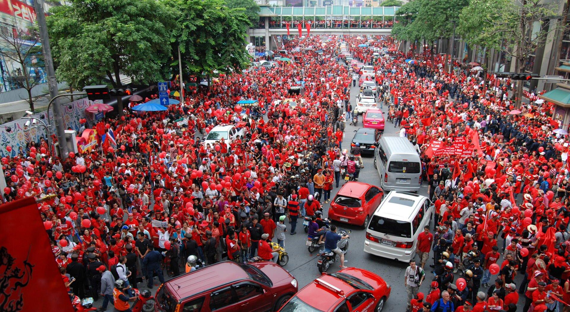 """Red Shirt"" protest wRatchaprasong Chcą podwyżki płac Źródło: Takeaway, ""Red Shirt"" protest wRatchaprasong , 2010, fotografia, licencja: CC BY-SA 3.0."