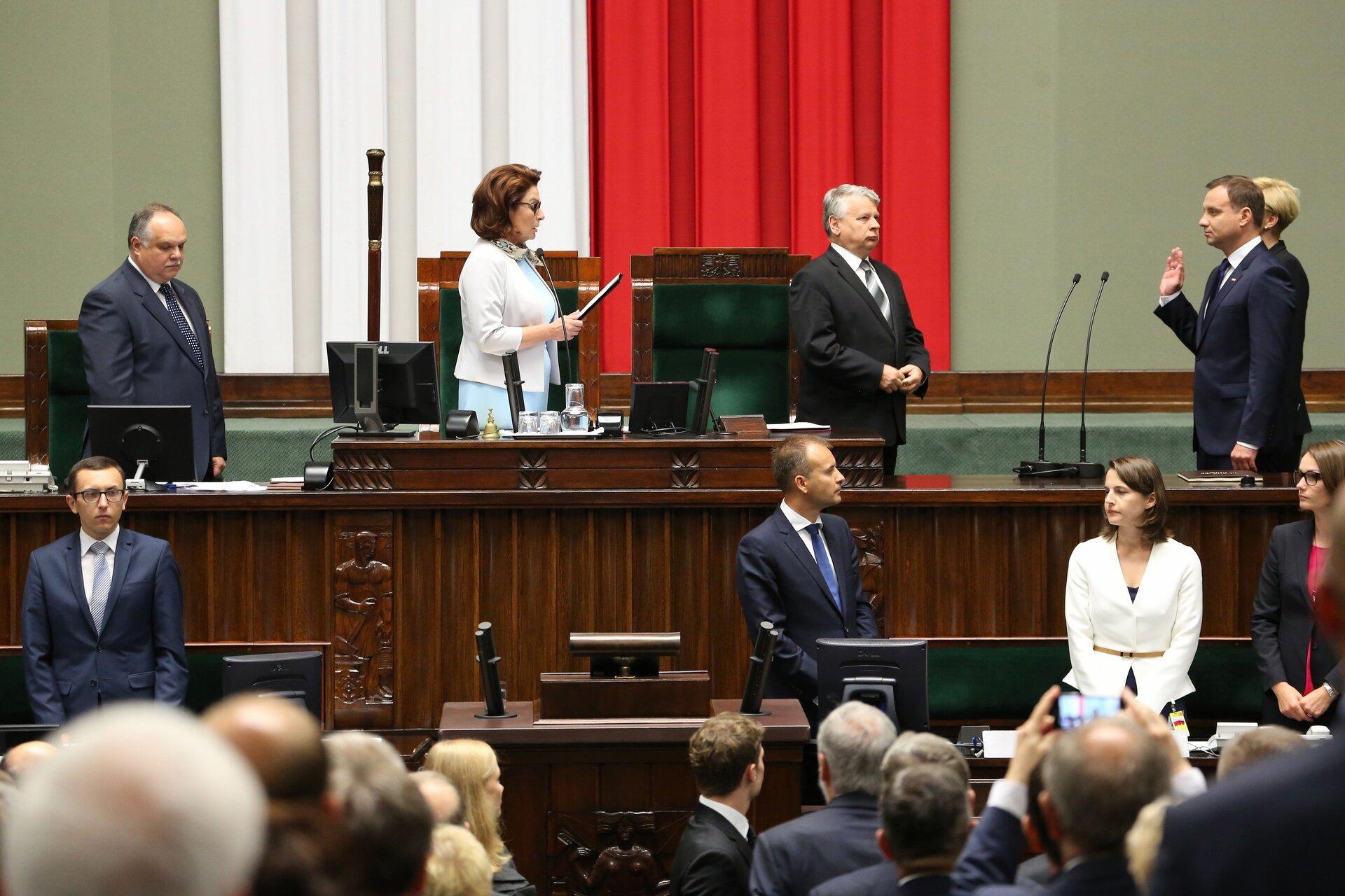 Andrzej Duda składający przysięgę przed Zgromadzeniem Narodowym Źródło: Senat Rzeczypospolitej Polskiej, Andrzej Duda składający przysięgę przed Zgromadzeniem Narodowym, licencja: CC BY-SA 3.0.