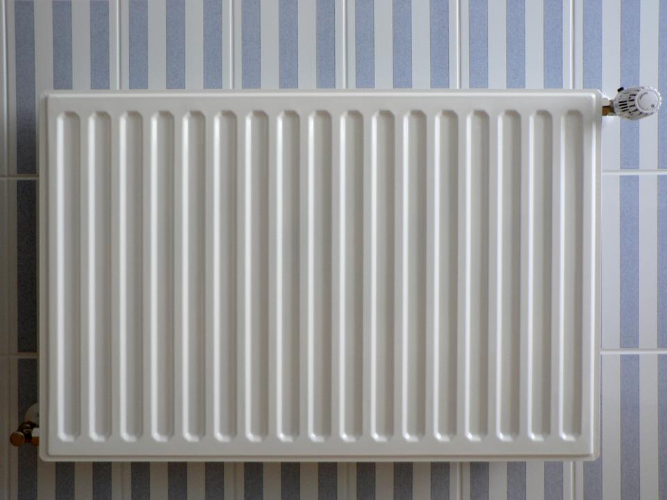 Seria zdjęć obrazująca wykorzystanie przewodników iizolatorów ciepła. Przewodnik cieplny – metalowy kaloryfer.