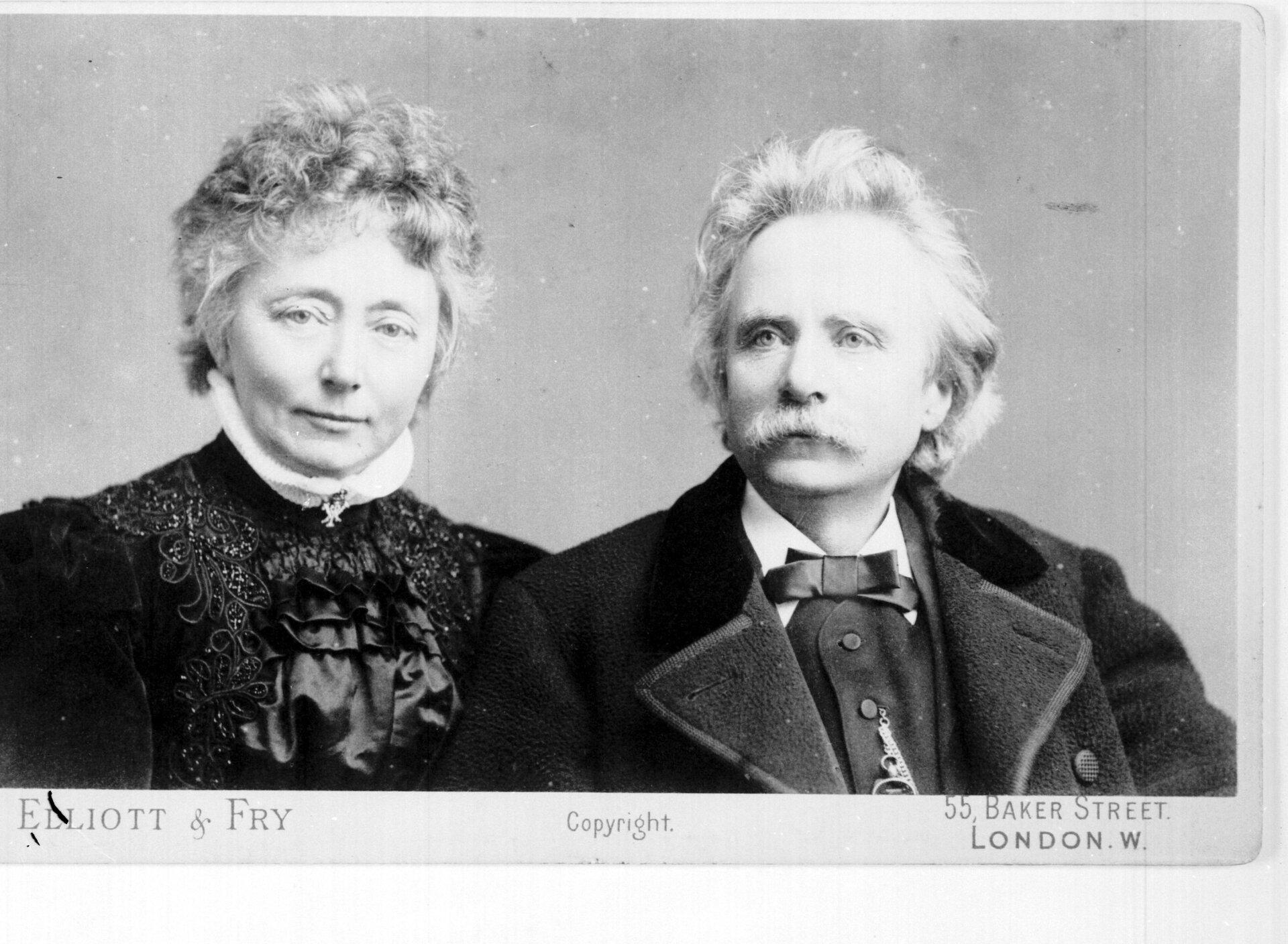 Ilustracja interaktywna przedstawia fotografię Edwarda iNiny Grieg. Para ukazana jest od pasa wgórę. Postacie są elegancko ubrane.
