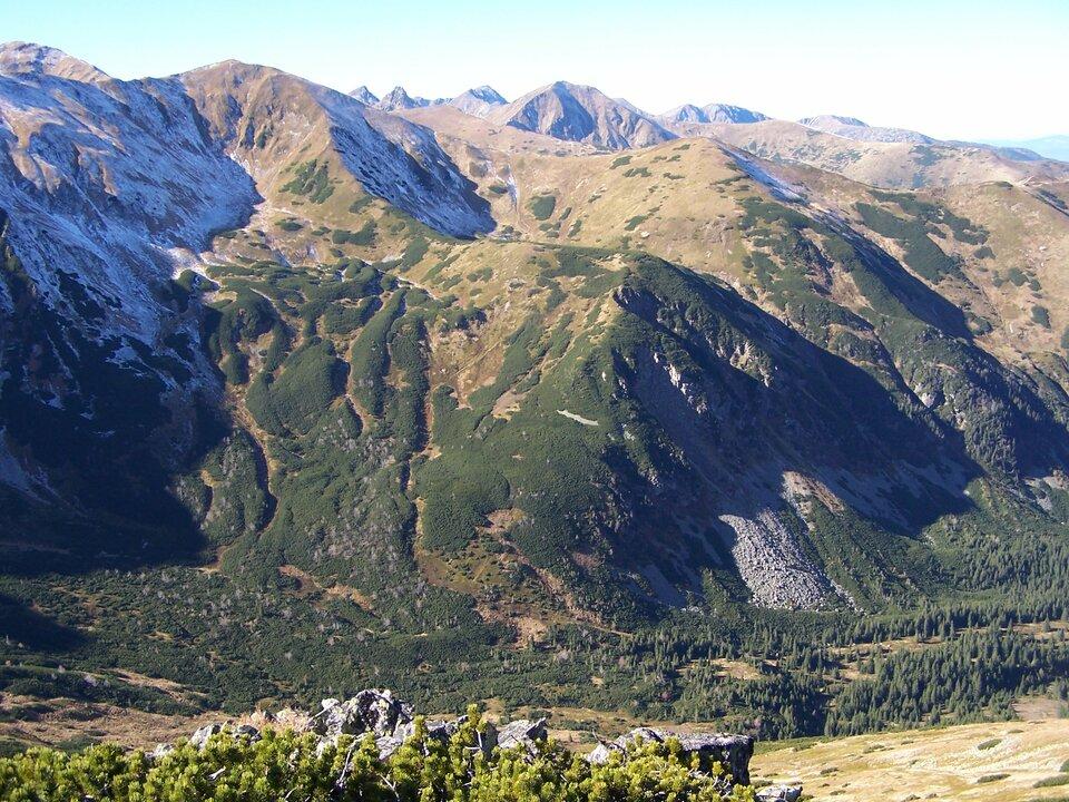 Na zdjęciu wygładzone wzniesienia, szczyty pozbawione roślinności, niższa część stoków porośnięta kosodrzewiną.