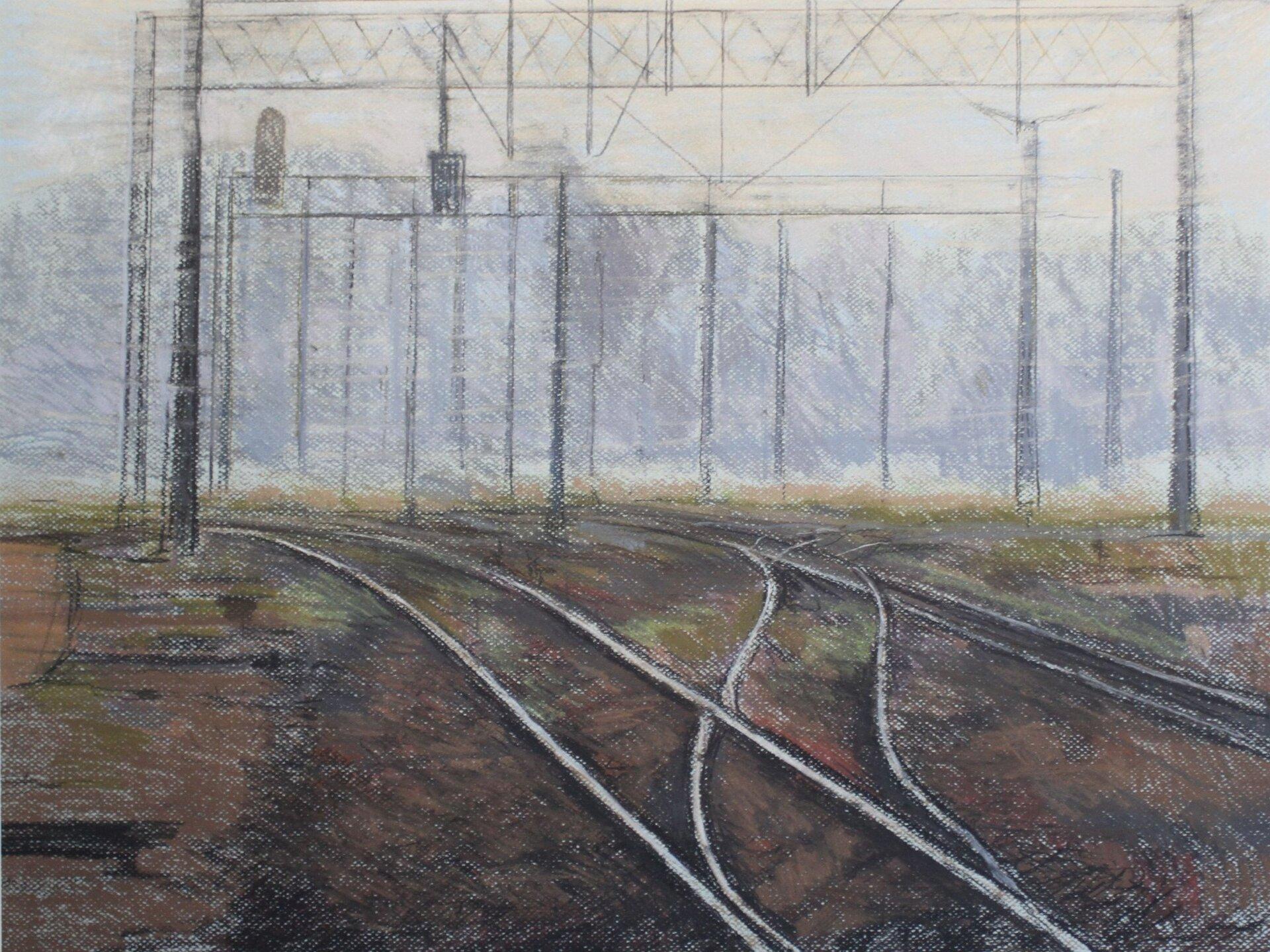 """Ilustracja przedstawia obraz """"Tor"""" autorstwa Michała Trägera. Dzieło ukazuje pastelowy pejzaż ztorowiskiem. Na pierwszym planie kompozycji znajdują się krzyżujące się ze sobą jasne pasy torów na ciemno-brązowym tle ziemi. Wdalszej partii obrazu, nad torami unoszą się narysowane cienką, szarą linię trakcje. Za nimi rysuje się jasna, szaro-niebieska plama lasu na białym, świetlistym tle nieba. Drugi plan ujęty jest bardzo syntetycznie, szkicowo, za pomocą prostych plam ikresek. Obraz wykonany jest wchłodnej, szaro-brązowej tonacji zakcentami zieleni traw. Dzieło wykonane jest techniką pasteli."""