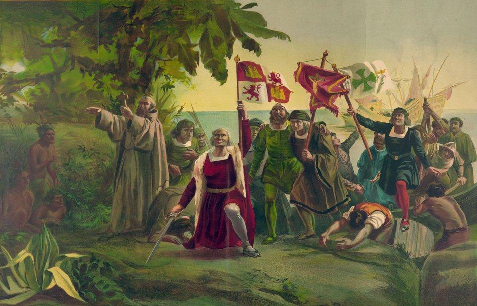 """Odkrycie Ameryki – Kolumb wychodzi na brzeg 12 X1492 r. Dziełoz1862 r. hiszpańskiego malarza Dióscoro Teófilo Puebla Tolína (1831-1901). Malarz tworzył niezwykle popularne wXIX w. obrazy inspirowane wielkimi wydarzeniami historycznymi (por. obrazy Jana Matejki), komponowane zgodnie zwyobrażeniami iemocjami swojej epoki.Na obrazie odświętnie ubrani Kolumb ijego załoga, wrękach trzymają symbole chrześcijaństwa i""""cywilizacji"""" niesione nowo odkrytym ziemiom. Tubylcy są niemal nadzy, co ma podkreślać ich barbarzyństwo. Kolumb trzyma wręku miecz, symbol podbicia iwzięcia wposiadanie kraju. Żadna zniesionych przez Hiszpanów rzeczy nie odwołuje się do """"handlu"""". Źródło: Dióscoro Teófilo Puebla Tolína, Odkrycie Ameryki – Kolumb wychodzi na brzeg 12 X1492 r., 1862, Biblioteka Kongresu, domena publiczna."""