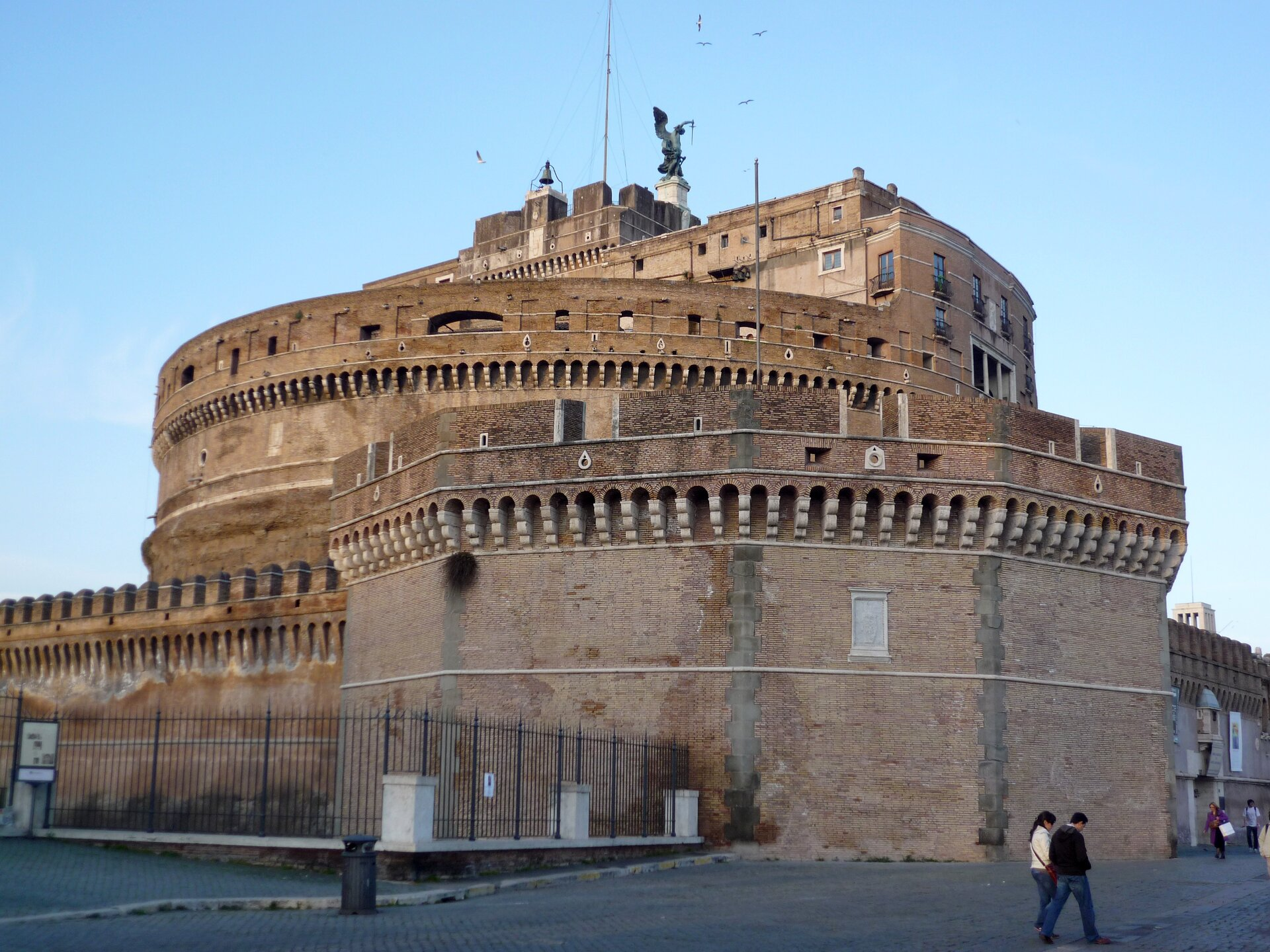 Mauzoleum cesarza Hadriana (II w.) zamienione wśredniowieczu wtwierdzę, Rzym Źródło: Fczarnowski, Mauzoleum cesarza Hadriana (II w.) zamienione wśredniowieczu wtwierdzę, Rzym, licencja: CC BY-SA 3.0.