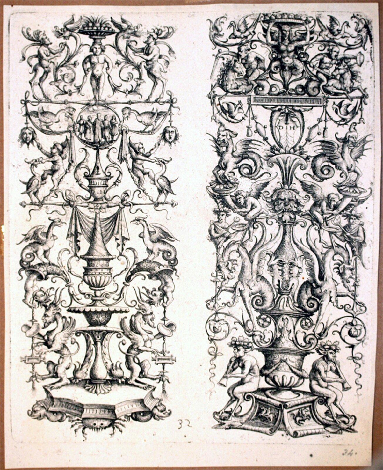 Ilustracja przedstawiająca ornament: groteska. Element dekoracyjny naszkicowany jest czarnym kolorem bez wypełnień. Ornament składa się zdwóch części. Na pierwszej tj. lewej części izaczynając od góry widoczna jest: postać zkoszem owoców na głowie. Poniżej postaci widoczny jest okrąg, wktórym znajduje się pięć postaci. Obok widoczni są ludzie zwędkami, na których widoczne są głowy. Poniżej tego widoczna jest dalsza część ornamentu, na którym widoczna jest budowla, kształtem przypominająca fontannę. Obok niej znajdują się smoki. Po prawej stronie widoczna jest druga część ornamentu. Na górze znajduje się postać zkoszem na głowie. Poniżej niej widoczne są postaci podobne do hydr – mitologiczne postacie zludzką głową iciałem ptaka. Poniżej tego udołu widoczne są dwie postacie siedzące na cokole.