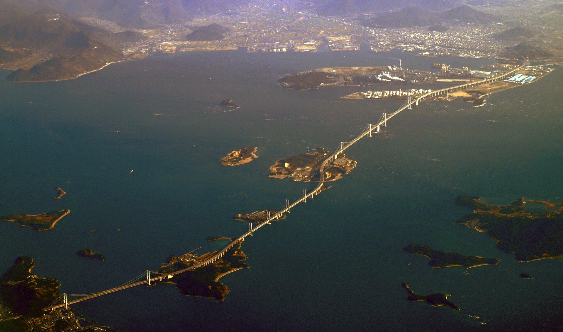 Na zdjęciu długi most łączący kilka wysepek.