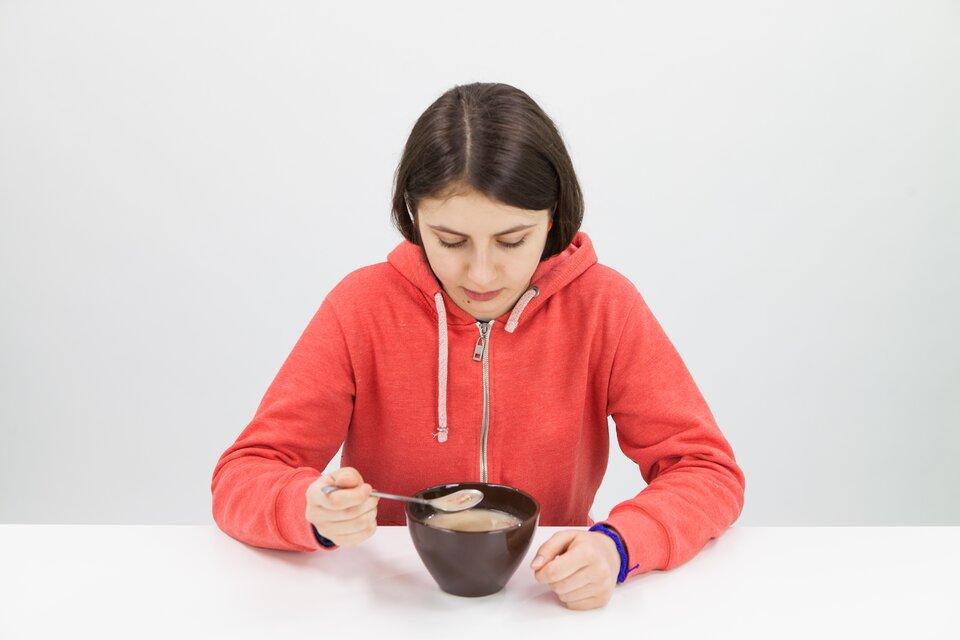 Na drugiej fotografii widoczna dziewczynka jedząca posiłek.