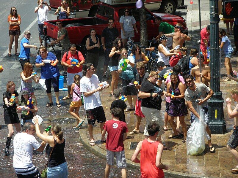 Wszędziewoda, Austin (Texas), flash mob Wszędziewoda, Austin (Texas), flash mob Źródło: Steven Polunsky, licencja: CC BY 2.0, [online], dostępny winternecie: https://commons.wikimedia.org/wiki/File:Water_everywhere.jpg?uselang=pl [dostęp 25.10.2015 r.].