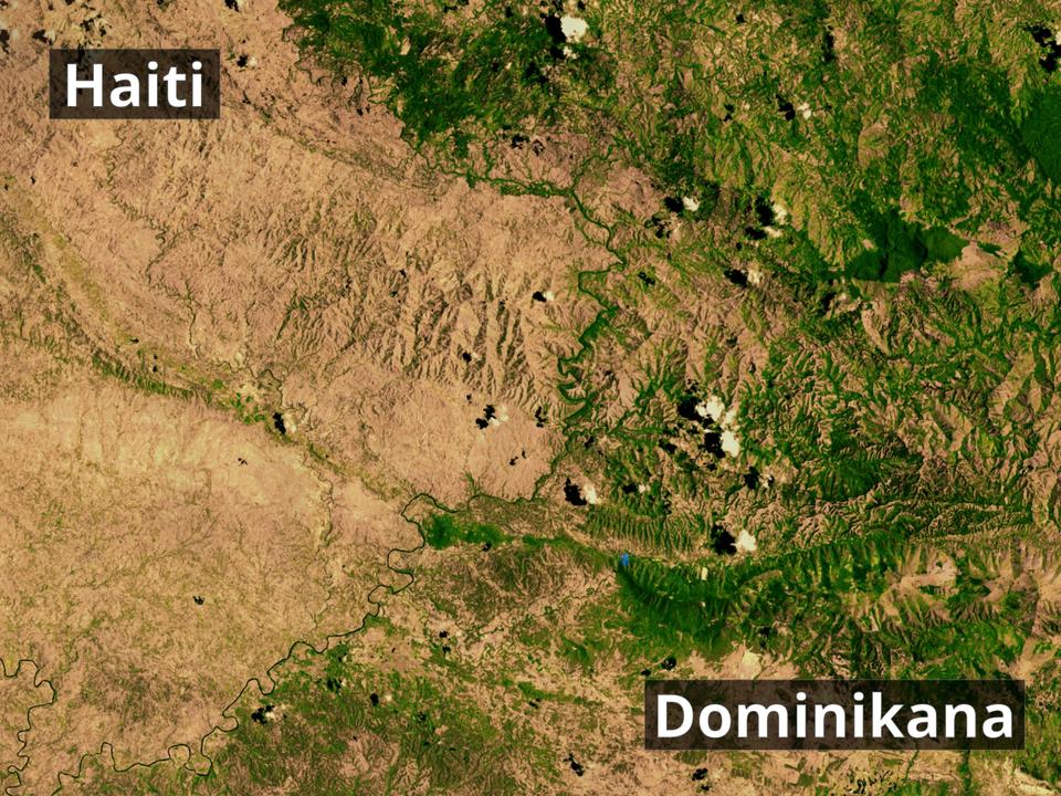 Na zdjęciu satelitarnym fragment terenu. Zlewej strony odkryta gleba pozbawiona roślinności. Zprawej strony teren zalesiony. Granicę stanowi rzeka. Zlewej strony napis Haiti. Zprawej strony napis Dominikana.