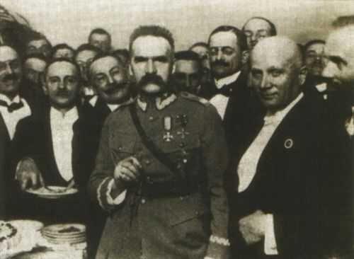 Wpożegnalnym spotkaniu, które odbyło się wSali Malinowej hotelu Bristol 3 lipca 1923 roku, uczestniczyło blisko 200 osób. Podczas spotkania Piłsudski tłumaczył powody swojego odejścia zpolityki. Wpożegnalnym spotkaniu, które odbyło się wSali Malinowej hotelu Bristol 3 lipca 1923 roku, uczestniczyło blisko 200 osób. Podczas spotkania Piłsudski tłumaczył powody swojego odejścia zpolityki. Źródło: domena publiczna.