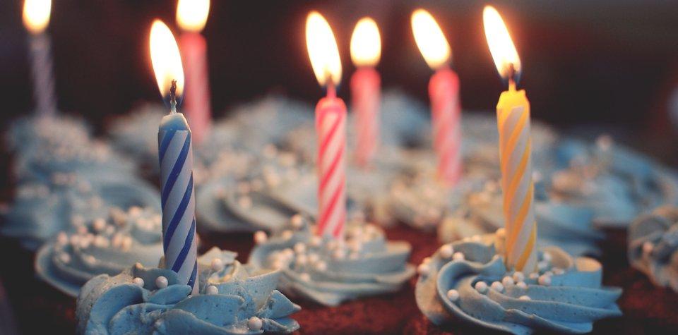 Na przyjęciu nie może zabraknąć urodzinowych świeczek… Na przyjęciu nie może zabraknąć urodzinowych świeczek… Źródło: domena publiczna.