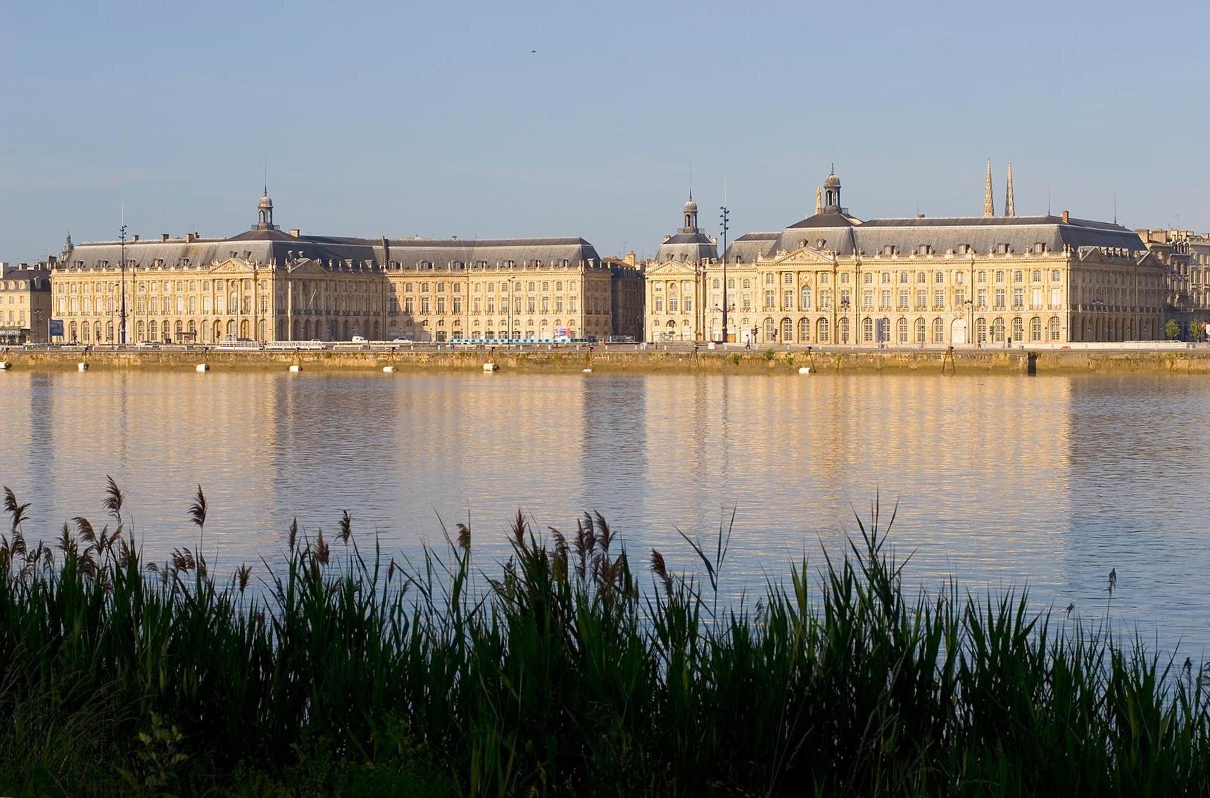 Nabrzeża Garonny, portu wBordeaux, zwielkimi gmachami tzw. giełdy.Wzniesiony wlatach 1735-1738 przez znanego architekta Ange-JacquesGabriela (znany przede wszystkim zpałacyku Petit Trianon dla Madame de Pompadour). Nabrzeża Garonny, portu wBordeaux, zwielkimi gmachami tzw. giełdy.Wzniesiony wlatach 1735-1738 przez znanego architekta Ange-JacquesGabriela (znany przede wszystkim zpałacyku Petit Trianon dla Madame de Pompadour). Źródło: Olivier Aumage, 2005, Wikimedia Commons, licencja: CC BY-SA 2.0.
