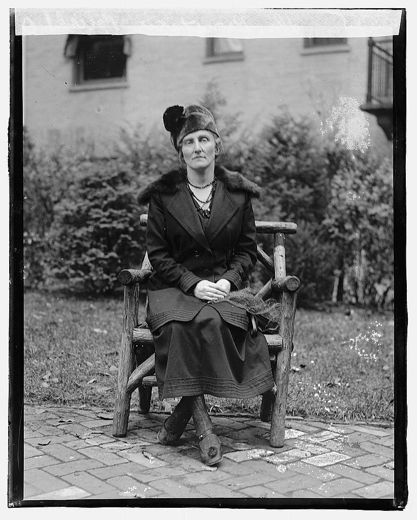 Dr Bronstein Dr Bronstein–polska lekarka Źródło: Dr Bronstein, 1918, fotografia, Biblioteka Kongresu USA, licencja: CC BY-SA 3.0.