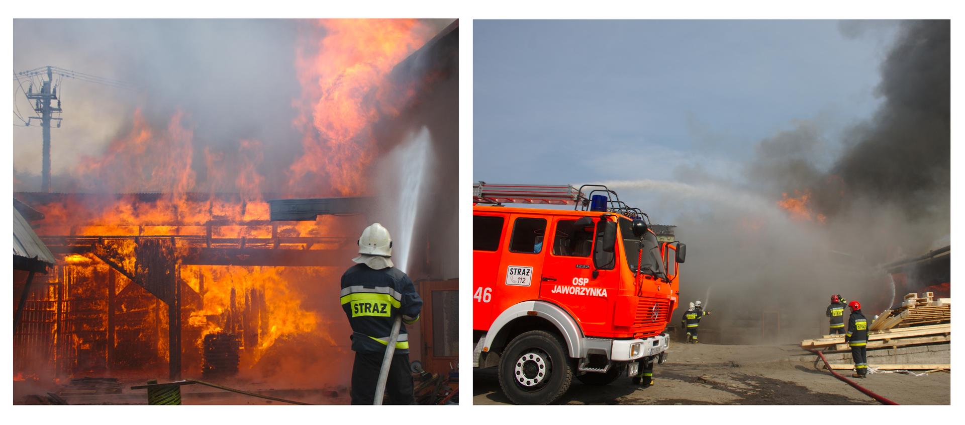 Ilustracja składa się zdwóch zdjęć. Pierwsze zlewej przedstawia gaszenie pożaru dużego budynku, obecnie wcałości płonącego. Przez ogień przebija się ciemny szkielet konstrukcyjny oraz resztki dachu. Po prawej stronie zdjęcia strażak. Strażak stoi itrzyma wąż strażacki. Wąż trzymany jest pod prawym ramieniem. Zwęża wydobywa się silny strumień wody kierowany wgórę wstronę pożaru. Strażak ubrany wciemny strój. Na kurtce ispodniach naszyte odblaskowe pasy. Poziome równoległe pasy naszyte są na plecach kurtki, wokół dolnej części rękawów oraz wzdłuż dolnej części nogawek spodni. Na głowie biały kask. Cała lewa część zdjęcia to palący się budynek. Płomienie ognia wkolorze żółtym ipomarańczowym. Nad budynkiem gęsty ciemny dym. Ostatnie zdjęcie przedstawia czerwony wóz strażacki. Dzień. Wóz znajduje się wlewej części zdjęcia. Widoczna jest tylko kabina kierowcy iczęść wozu za kabiną. Za wozem widoczne strumienie wody skierowane na dopalające się części budynku. Prawa strona zdjęcia to plac przed budynkiem. Na środku leżą drewniane ibetonowe części budynku. Wokół poruszają się strażacy.