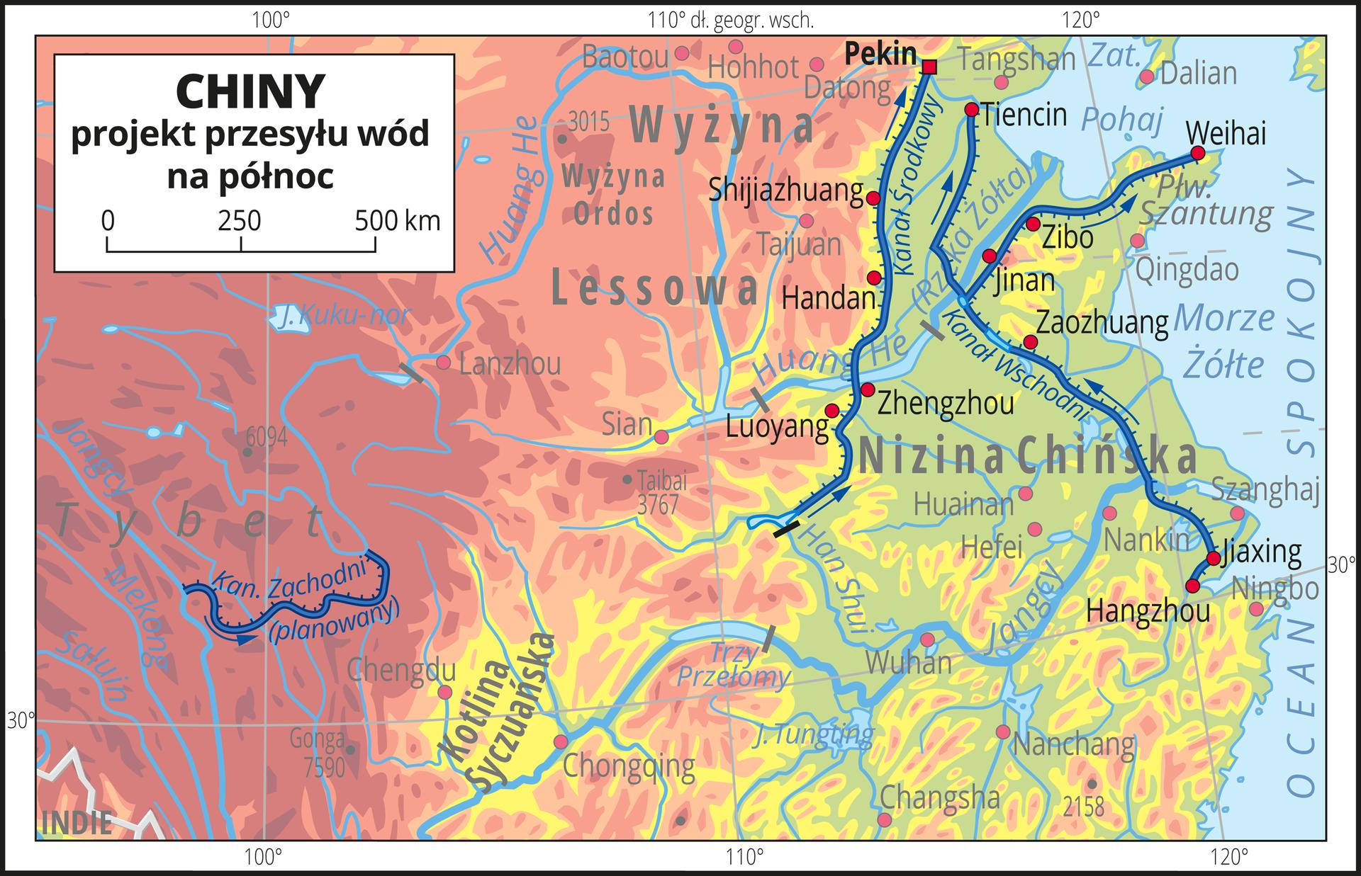 Ilustracja przedstawia fragment obszaru Chin zsystemem kanałów umożliwiającym przesył wód na północ.Tłem ilustracji jest rozjaśniona mapa hipsometryczna, na której mocniej zaznaczono trzy kanały prowadzące wodę zrzek znajdujących się na południu do rzek płynących na północy. Kanały mają po kilkaset, anawet ponad tysiąc kilometrów. Przy kanałach oznaczono strzałkami kierunek przesyłu wód.Mapa pokryta jest równoleżnikami ipołudnikami. Dookoła mapy wbiałej ramce opisano współrzędne geograficzne co dziesięć stopni.