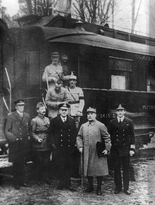 Podpisanie zawieszenia broni po Iwojnie światowej Źródło: Podpisanie zawieszenia broni po Iwojnie światowej, fotografia, domena publiczna.