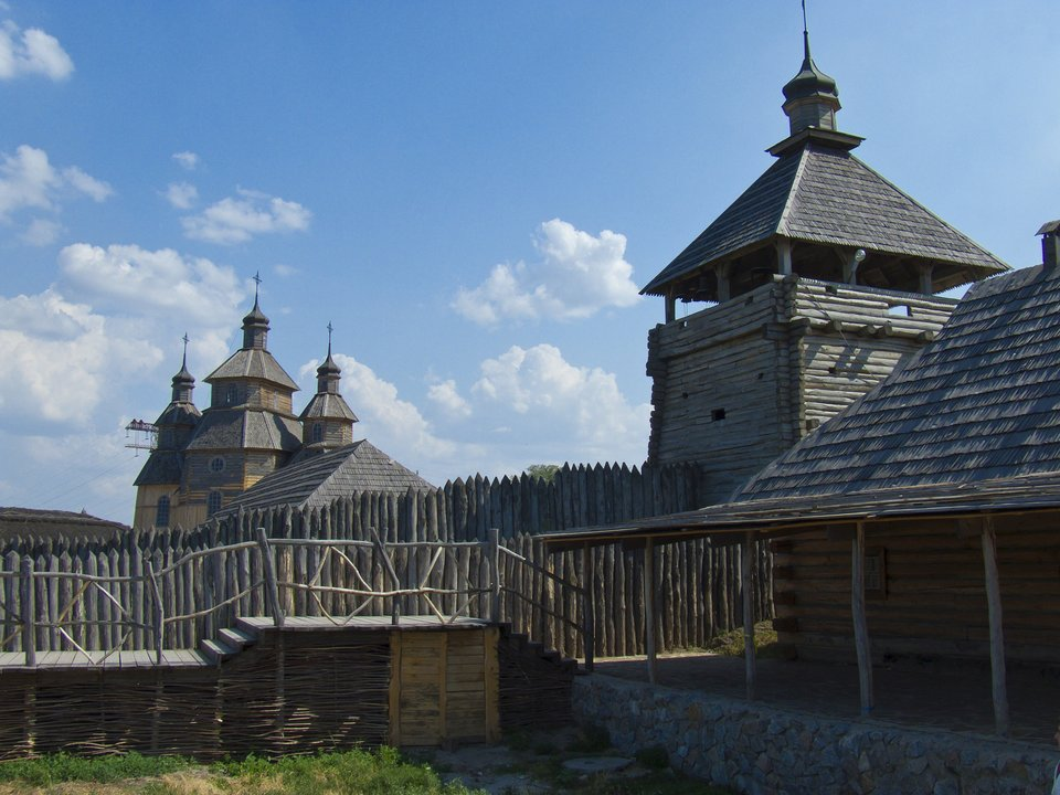 Współczesna rekonstrukcja siczy kozackiej na wyspie Chortyca. Współczesna rekonstrukcja siczy kozackiej na wyspie Chortyca. Źródło: licencja: CC 0.