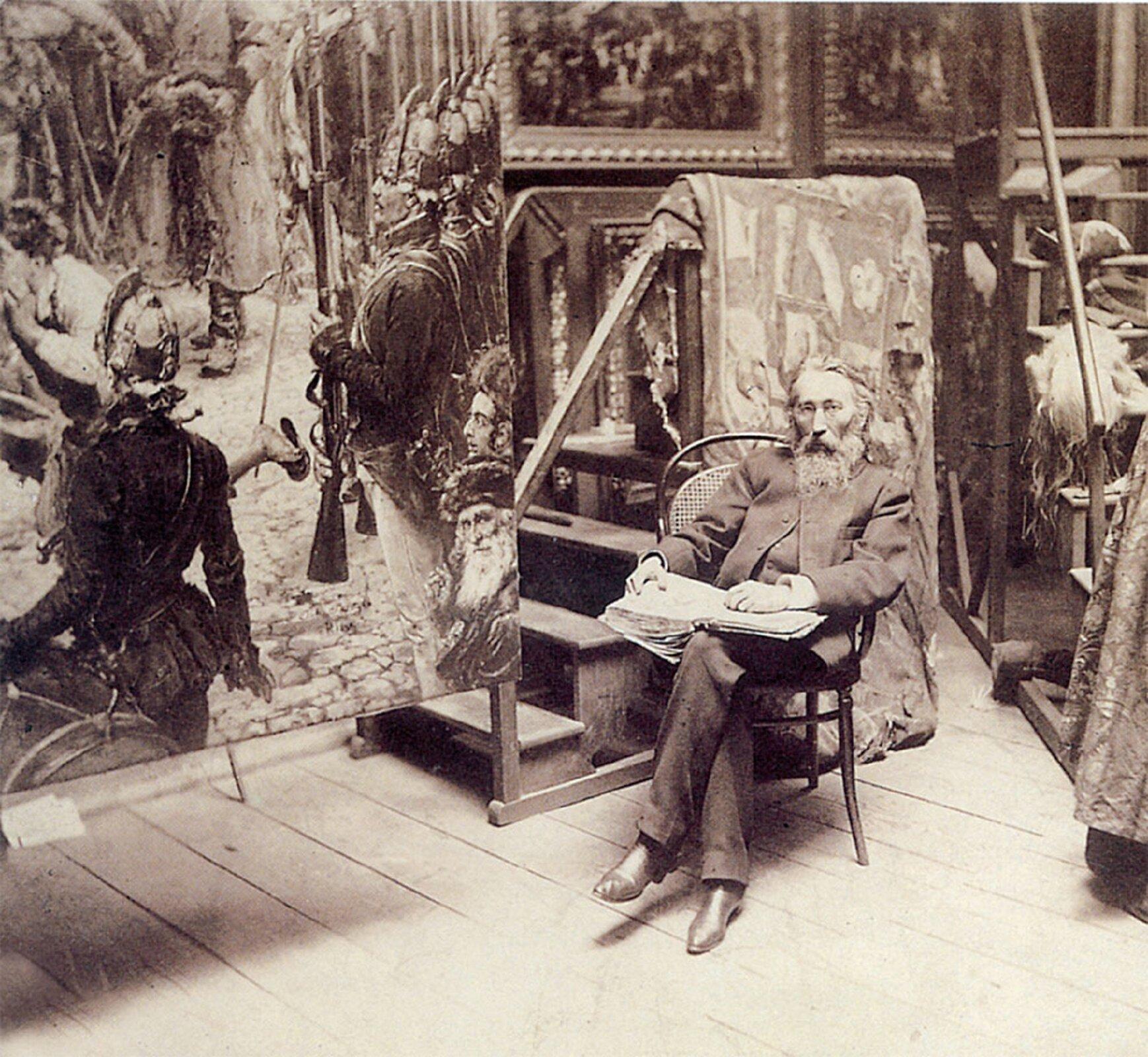 Ilustracja przedstawia wnętrze pracowni malarskiej Jana Matejki. Wcentrum wykonanego wsepii zdjęcia, ukazany jest siedzący na drewnianym krześle artysta zotwartą na kolanach księgą.  Jest to starszy, siwiejący mężczyzna zbrodą wciemnym garniturze iciemnych butach. Za malarzem stoją drewniane schodki zprzewieszoną przez obręcz wzorzystą tkaniną. Po lewej stronie kadru znajduje się fragment obrazu zpostaciami. Na ścianach pracowni wiszą inne dzieła wzdobnych ramach.