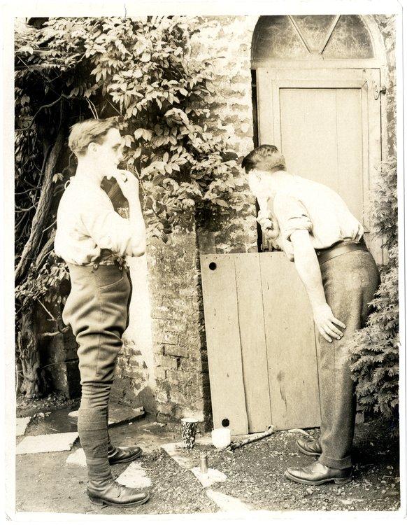 zdjęcie przedtstawia dwóchżołnierzy podczas golenia
