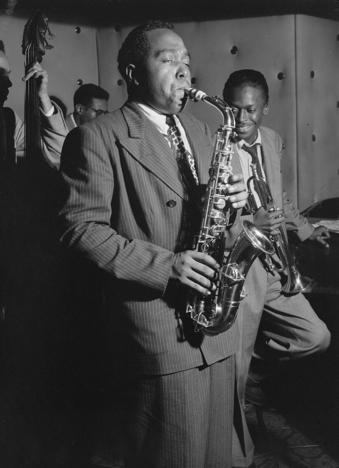 Ilustracja przedstawia zdjęcie słynnego amerykańskiego muzyka Charliego Parkera grającego na saksofonie.