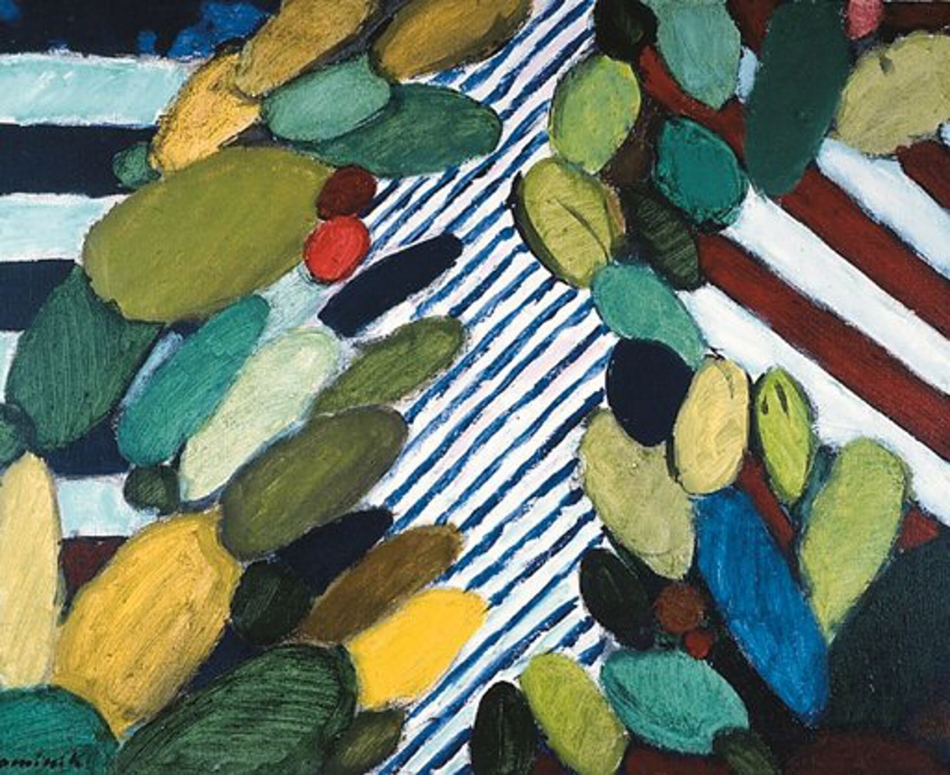 """Ilustracja przedstawia obraz """"Pejzaż"""" Tadeusza Dominika. Jest to widok na krajobraz zlotu ptaka. Pośrodku znajduje się rzeka, przedstawiona za pomocą ukośnych niebieskich linii na białym tle. Po jej obu stronach znajdują się owalne plamy, sugerujące korony drzew, są wśród nich: różne odcienie zieleni, żółcieni, ale także plamy niebieskie iczarne. Po lewej stronie przestrzeń wypełniają poziome, szerokie niebiesko-białe pasy, natomiast strona prawa to pasy skośne, biało-czerwone."""