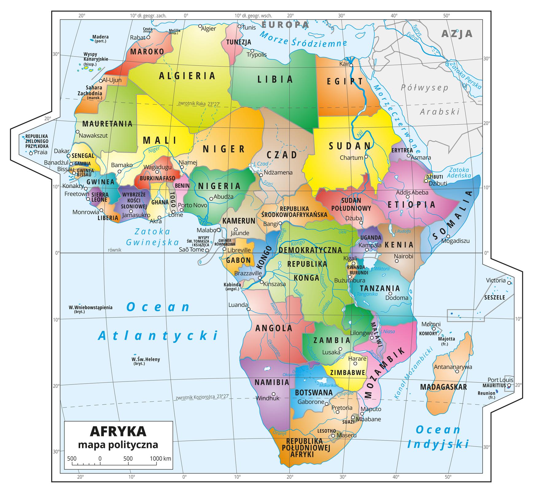 Ilustracja przedstawia mapę polityczną Afryki. Państwa wyróżnione kolorami iopisane. Oznaczono iopisano stolice. Morza zaznaczono kolorem niebieskim iopisano. Mapa pokryta jest równoleżnikami ipołudnikami. Dookoła mapy wbiałej ramce opisano współrzędne geograficzne co dziesięć stopni.