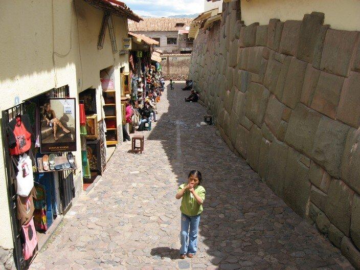 Ulica wCuzco zprzyziemiami pochodzącymi zokresu inkaskiego Ulica wCuzco zprzyziemiami pochodzącymi zokresu inkaskiego Źródło: Leon Petrosyan, Wikimedia Commons, licencja: CC BY-SA 3.0.