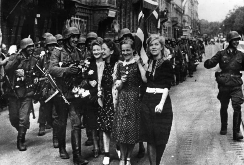Żołnierze Wehrmachtu witani przez mieszkańców Rygi Żołnierze Wehrmachtu witani przez mieszkańców Rygi Źródło: licencja: CC BY-SA 3.0.