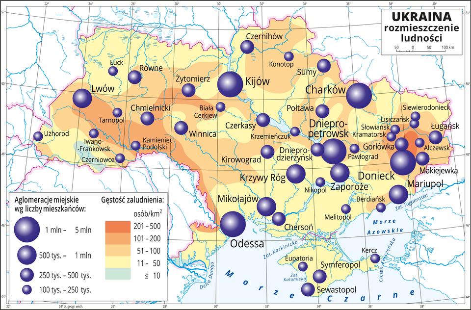 Ilustracja przedstawia mapę Ukrainy. Na mapie przedstawiono rozmieszczenie ludności. Kolorami od zielonego (jedna niewielka plamy) przez żółty do pomarańczowego przedstawiono gęstość zaludnienia. Plamy rozkładają się nieregularnie, kolor pomarańczowy oznaczający dużą gęstość zaludnienia, powyżej dwustu osób na kilometr kwadratowy występuje na południowym zachodzie ina wschodzie kraju. Na mapie różnej wielkości sygnatury (koła) obrazujące aglomeracje miejskie wg liczby mieszkańców: Kijów, Odessa, Donieck, Charków, Dniepropetrowsk– od jednego miliona do pięciu milionów mieszkańców. Krzywy Róg, Zaporoże, Mariupol, Lwów od pięciuset tysięcy mieszkańców do jednego miliona. Kilkanaście mniejszych sygnatur poniżej dwustu pięćdziesięciu tysięcy mieszkańców. Przewaga dużych miast we wschodniej części kraju. Mapa zawiera południki irównoleżniki, dookoła mapy wbiałej ramce opisano współrzędne geograficzne co dwa stopnie.