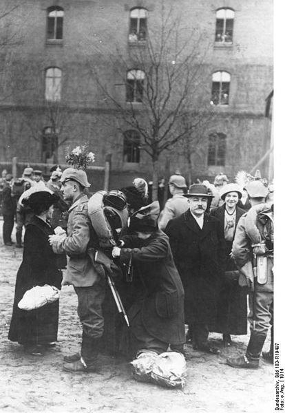zdjęcie przedstawiające niemieckich żołnierzy iżegnających ich krewnych Źródło: zdjęcie przedstawiające niemieckich żołnierzy iżegnających ich krewnych, 1914, licencja: CC BY-SA 3.0.