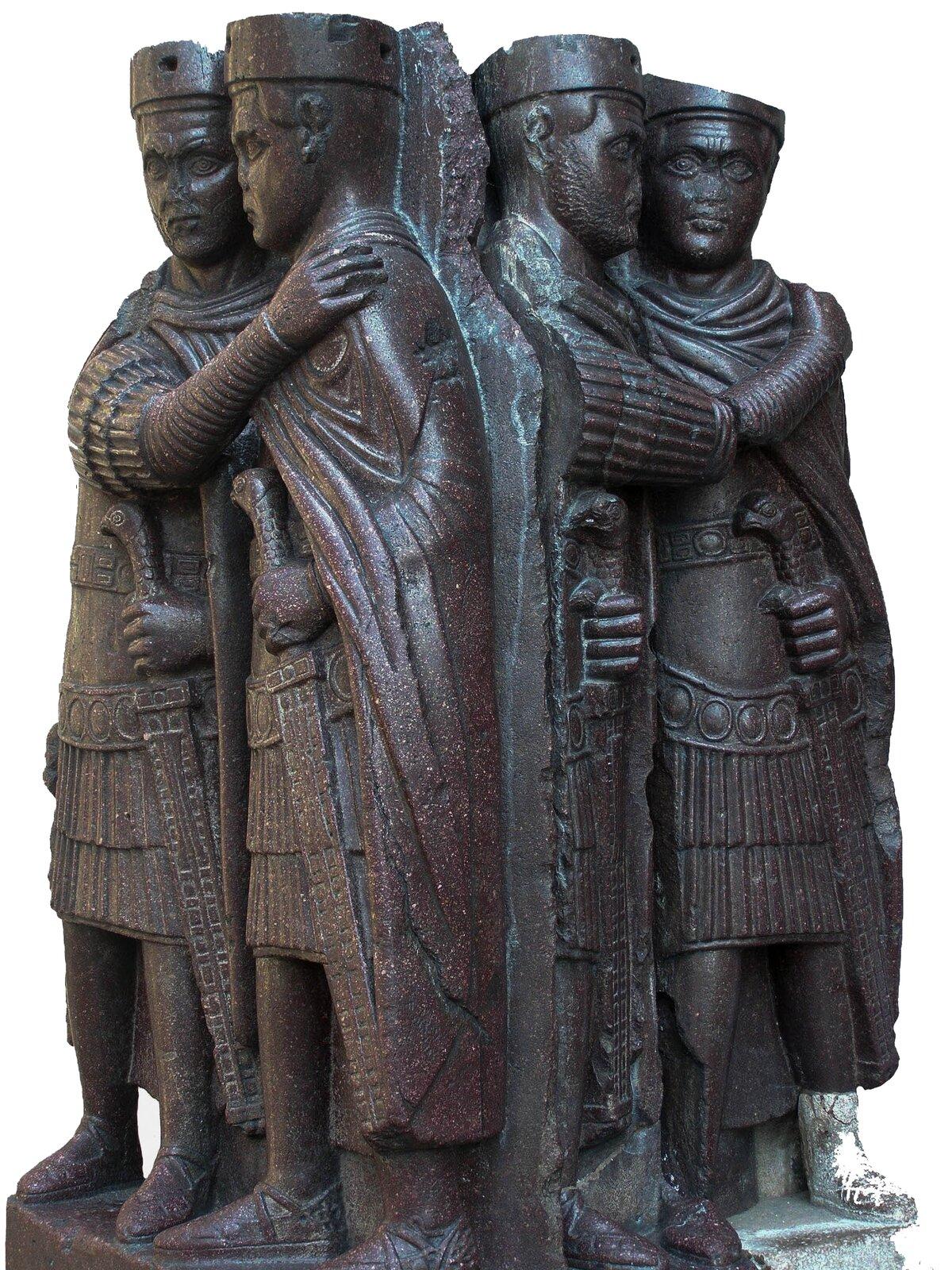 Rzeźba przedstawiająca tetrarchów, wmurowana wnarożnik fasady bazyliki św. Marka wWenecji Rzeźba przedstawiająca tetrarchów, wmurowana wnarożnik fasady bazyliki św. Marka wWenecji Źródło: Lure, Wikimedia Commons, licencja: CC BY-SA 3.0.