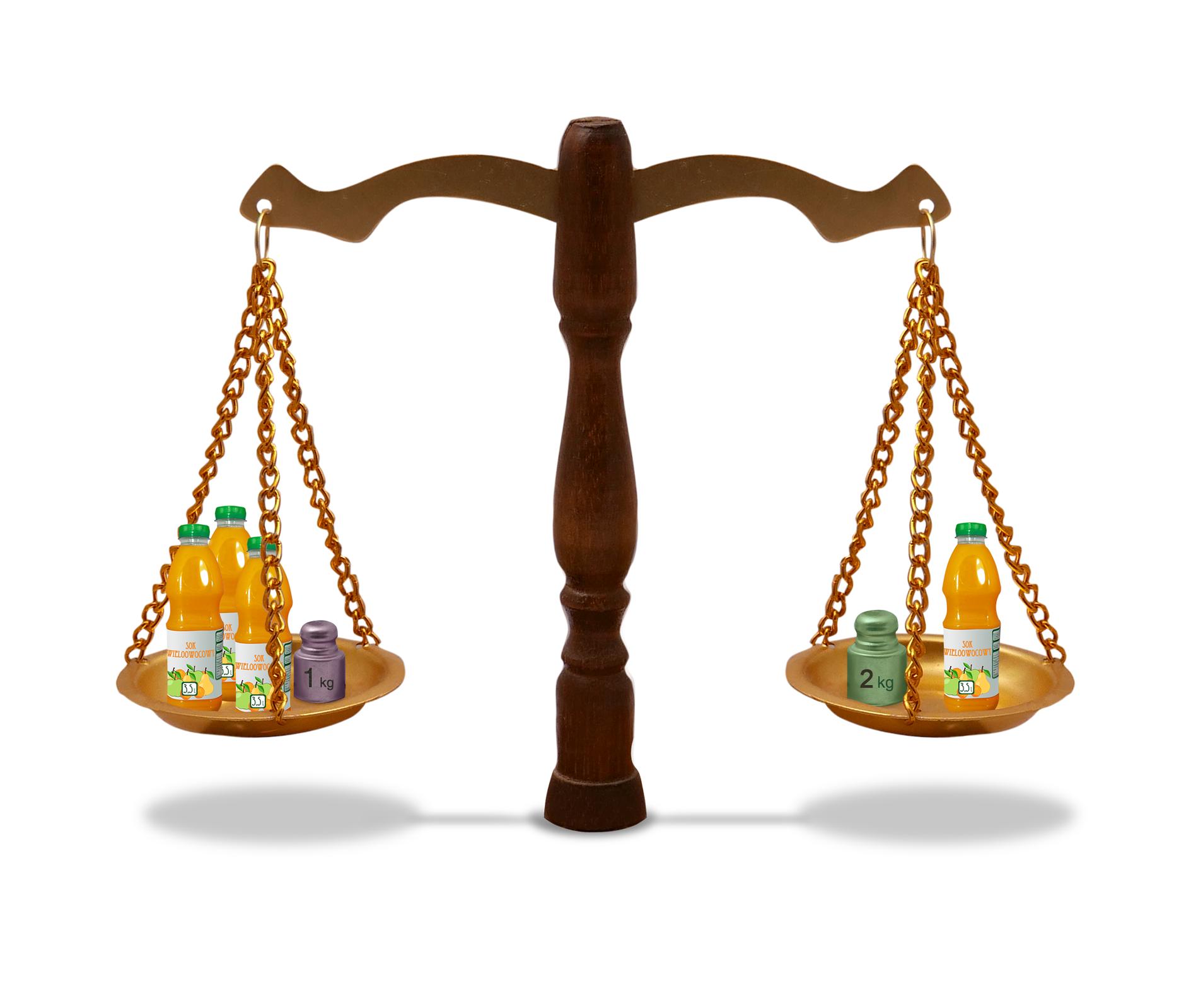 Rysunek wagi szalkowej. Na jednej szalce 3 butelki soku iodważnik 1 kg. Na drugiej szalce jedna butelka soku iodważnik 2 kilogramy.