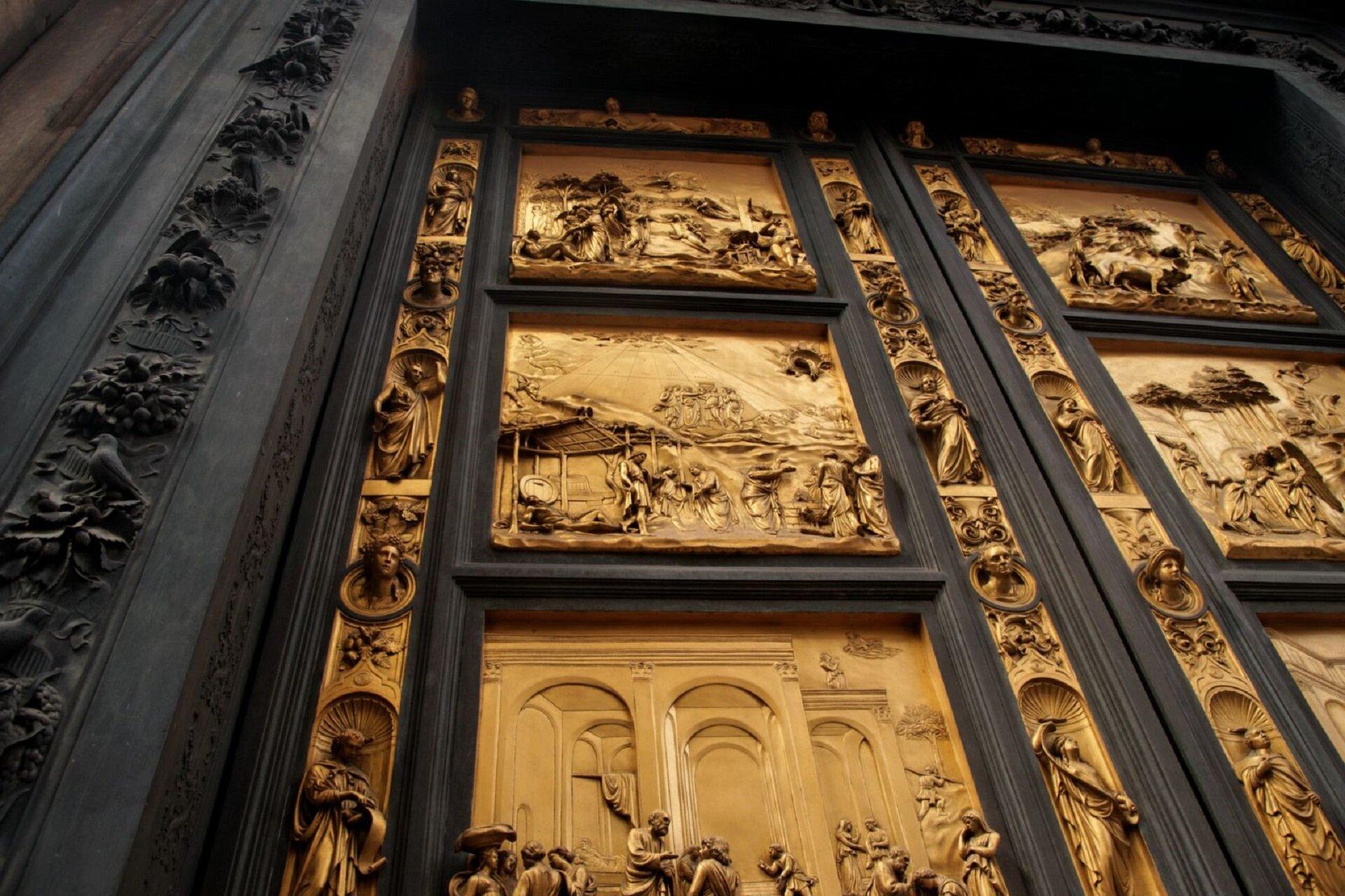 Ilustracja przedstawia fragment Drzwi Raju we Florencji, zaprojektowane przez Lorenza Ghibertiego, Drzwi podzielone są na kwatery ze scenami ze Starego Testamentu. Poszczególne płyciny są odlane zbrązu izłocone. Dokoła dekoruje je bordiura.