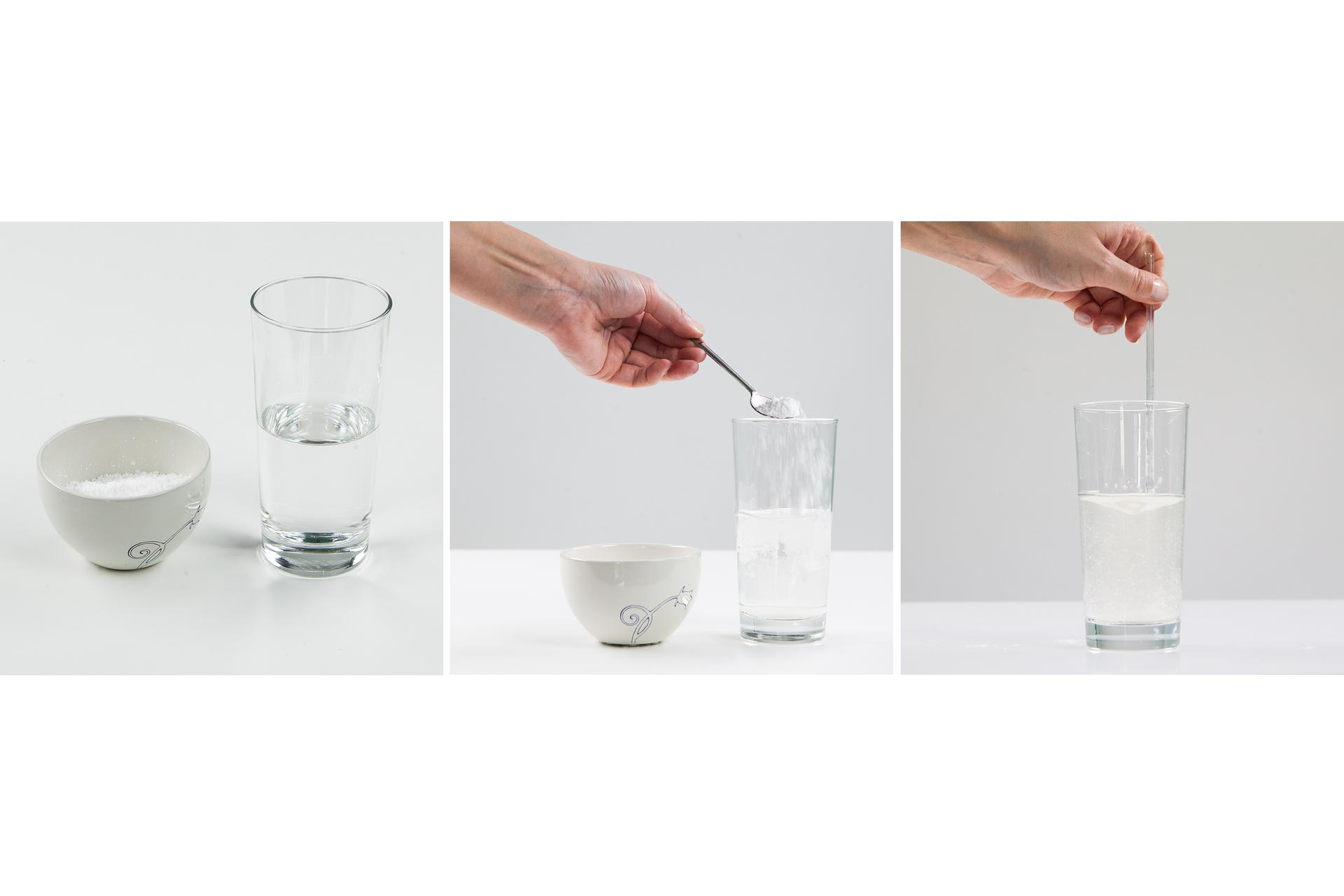 Ilustracja prezentuje trzy zdjęcia umieszczone obok siebie. Pierwsze od lewej prezentuje cukiernicę zzawartością oraz szklankę wody, środkowe przedstawia rękę złyżeczką, która wsypuje cukier do szklanki, atrzecie zdjęcie przedstawia czynność mieszania wody wszklance.
