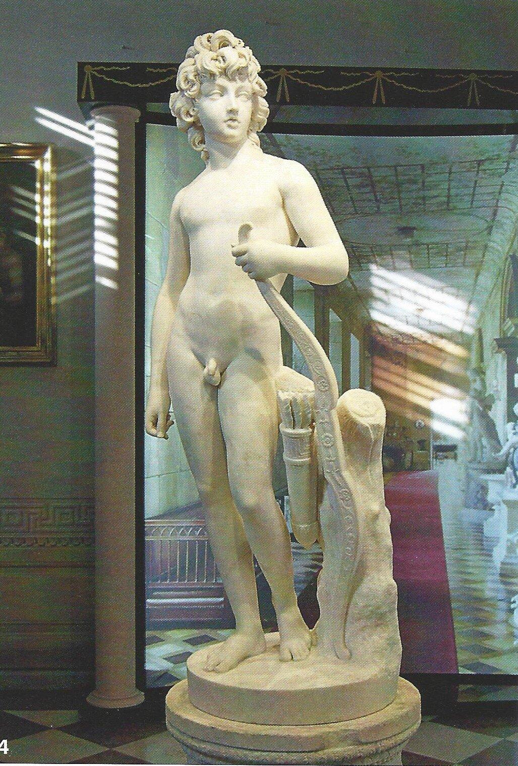 """Ilustracja przedstawia dzieło Antonio Canovy """" Henryk Lubomirski jako amor"""". Ukazuje Lubomirskiego wpełnym akcie, wpostawie kontrapostu ze zwróconą głową na prawo. Wlewej dłoni trzyma oparty oziemię łuk oraz kołczan ze strzałami. Prawa ręka jest swobodnie opuszczona wzdłuż ciała."""