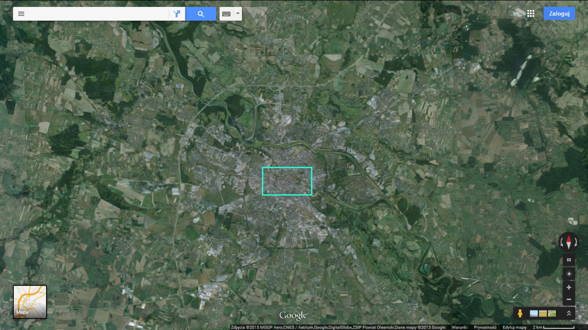 Fotografia pierwsza przedstawia satelitarny obraz Wrocławia iokolic. Dominuje barwa zielona. Ciemnozielone obszary to parki ilasy. Zabudowa miasta Wrocławia ma kolor szary.