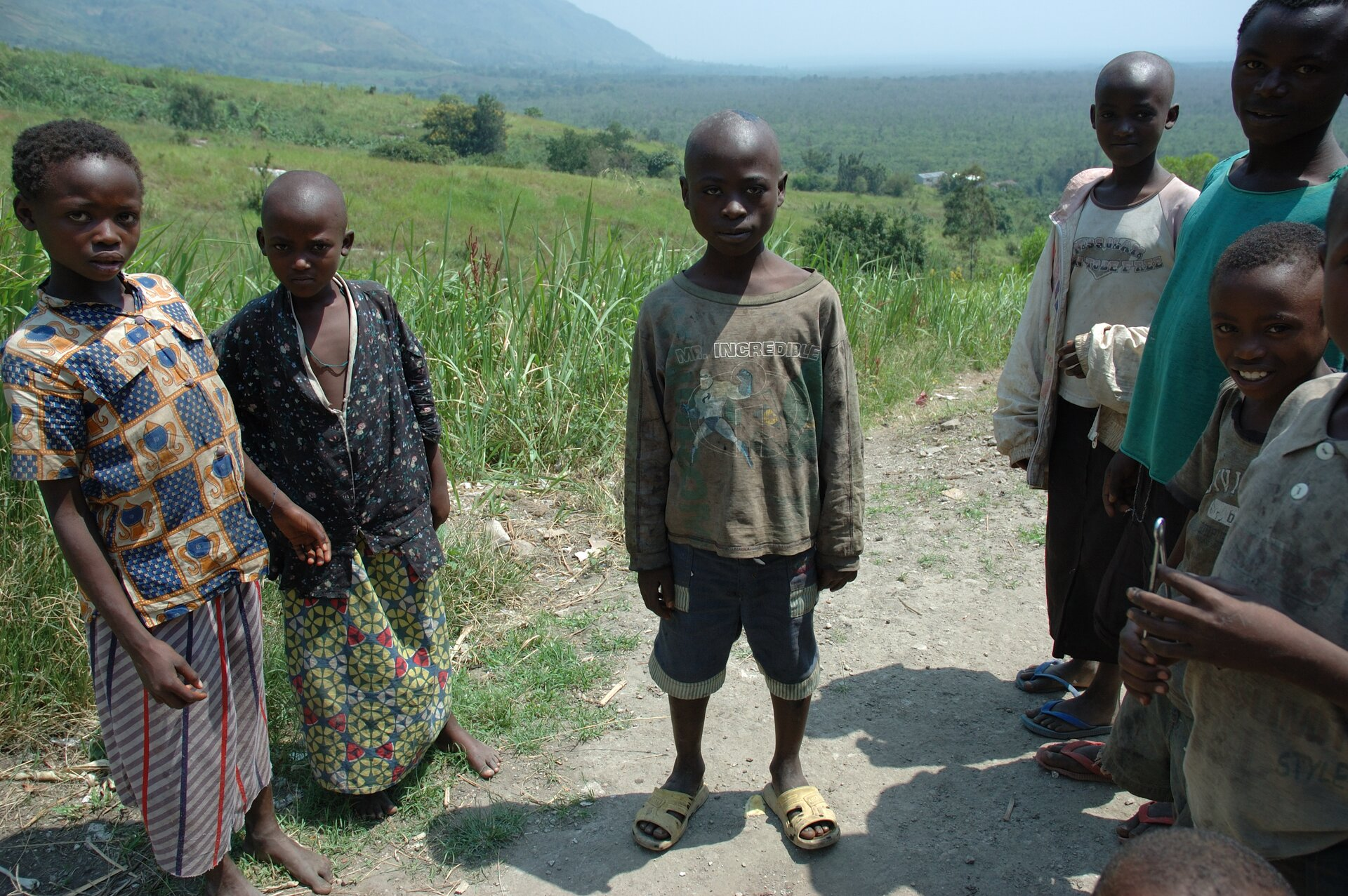 WRwandzie żyją przede wszystkim dwie grupy społeczne - Hutu (na zdjęciu) iTutsi. Każda ztych grup tradycyjnie pełniła odrębne funkcje gospodarcze - Hutu byli rolnikami, aTutsi - pasterzami. Kiedy Niemcy, apotem Belgowie ustanowili wtym regionie rządy kolonialne, oparli je na Tutsi jako pośrednikach - uważali ich za rasowo wyższych od Hutu ze względu na ich jaśniejszą skórę ibardziej europejski wygląd. Zarządzili, by każdy ztubylców miał przy sobie dowód osobisty zobowiązkowym przypisaniem do Hutu lub Tutsi, co wzmocniło tylko istniejące już wcześniej różnice iuprzedzenia etniczne. Już wniepodległej Rwandzie - w1994 roku - doszło do ludobójstwa Tutsi przez Hutu.