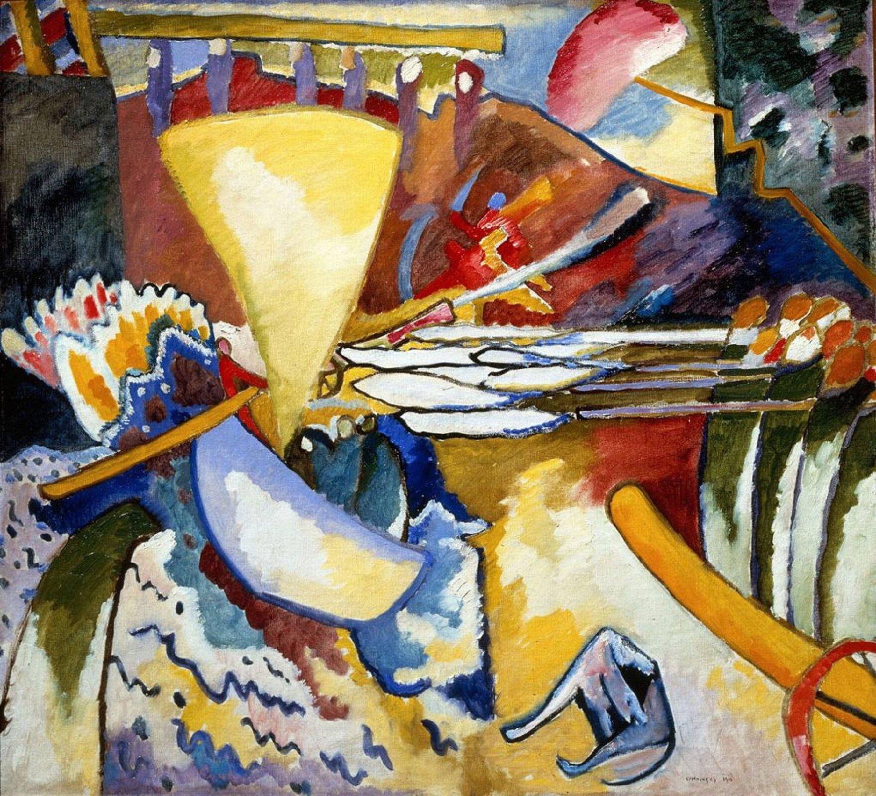 """Ilustracja przedstawia obraz olejny """"Improwizacja"""" autorstwa Wassila Kandinskyego. Abstrakcyjna praca skomponowana jest zdynamicznie ułożonych plam barwnych ielementów graficznych. Układ płaszczyzn pozbawionego przedmiotowości obrazu mimowolnie przywodzi na myśl pejzaż. Dolna prawa część kompozycji zdużą beżowo-żółtą plamą, podłużnymi zielono-białymi kształtami zakończonymi czerwonymi plamkami oraz zkołem wrogu iniebieską, powyginaną plamą pośrodku przywodzą na myśl piaszczystą drogę zzaroślami zboku iniebieskim, liżącym swoją nogę psem. Niebiesko-żółto-biały czworobok, nad którym zawisł żółty trójkąt na tle niebieskich pofalowanych linii po lewej stronie kompozycji przypomina łódkę zżółtym żaglem unoszącą się na wodzie. Ugóry namalowany został duży czerwono-brązowy kształt przypominający górę. Po obu jej stronach artysta namalował dwie ciemne, czarno-niebiesko-brązowe, prostokątne płaszczyzny, pomiędzy którymi zawisła na niebieskich podporach żółtawa kładka. Kompozycja malowana jest swobodnymi pociągnięciami pędzla. Jej elementy są niejednoznaczne. Artyście nie zależało na oddaniu rzeczywistości. Poprzez geometryzację iuproszczenie stworzył dynamiczną kompozycję. Dzieło utrzymane jest wszerokiej, ciepłej gamie barw."""