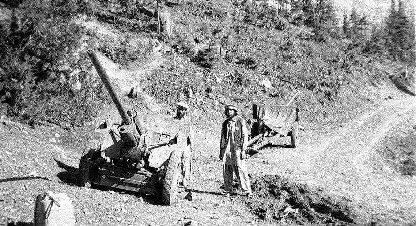 Afgańczycy ze zdobytymi działami radzieckimi Źródło: Erwin Lux, Afgańczycy ze zdobytymi działami radzieckimi, 1984, Fotografia, licencja: CC BY-SA 3.0.