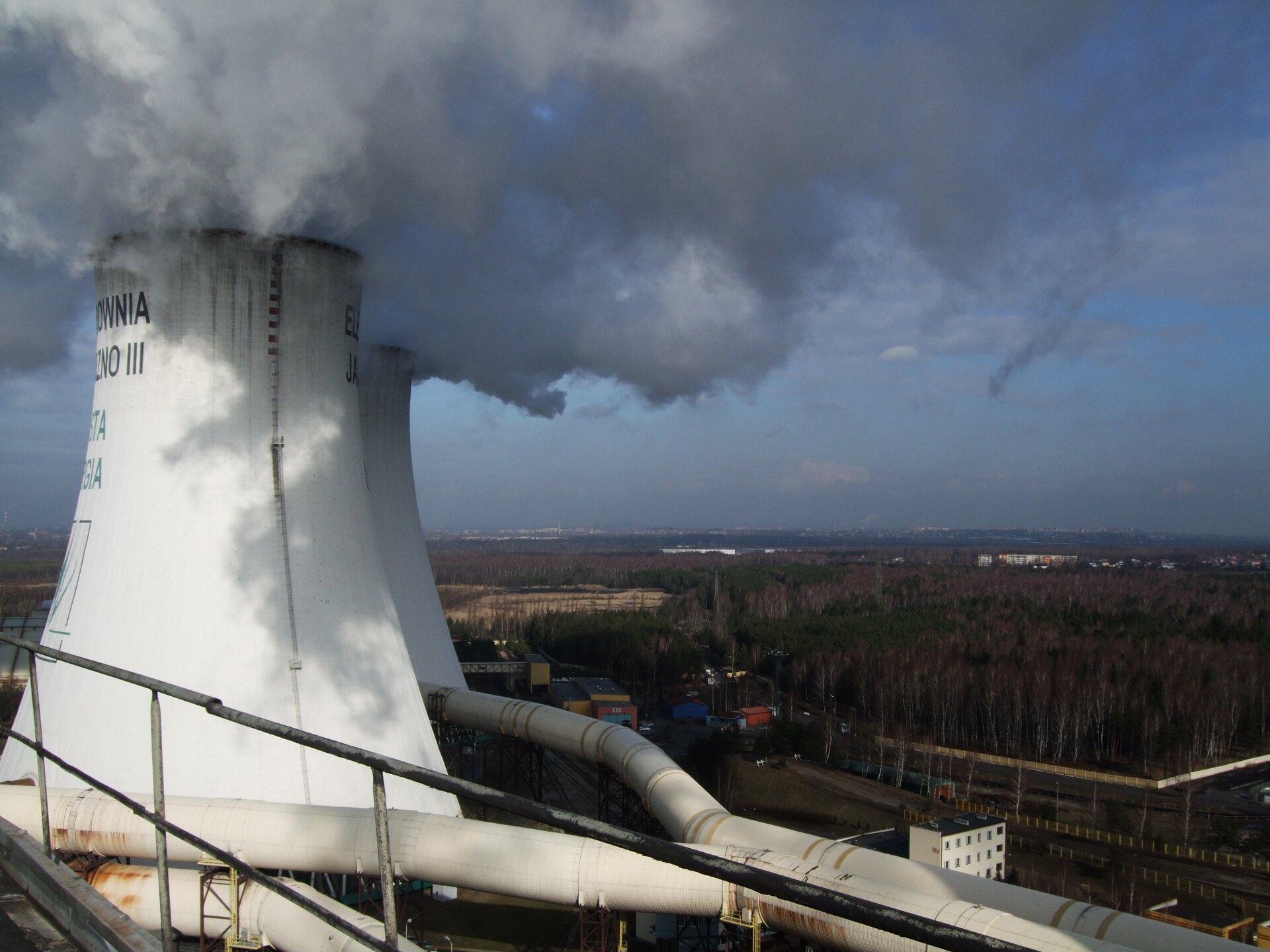 Na zdjęciu grube, dymiące kominy.