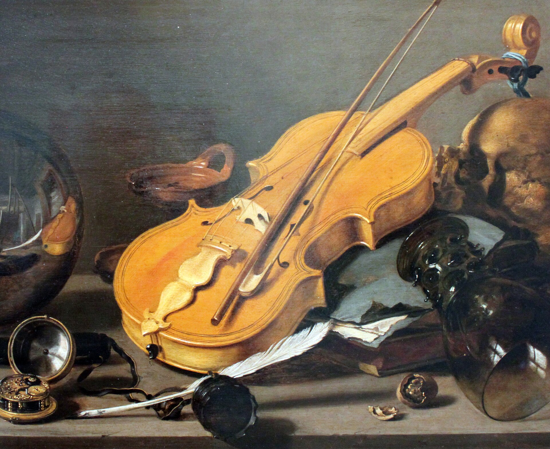Martwa natura wanitatywna ze skrzypcami iszklaną kulą Źródło: Pieter Claesz, Martwa natura wanitatywna ze skrzypcami iszklaną kulą, 1628, olej na płótnie, domena publiczna.