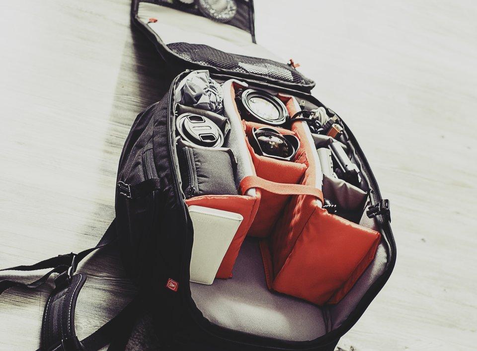na zdjęciu widać torbę na aparat fotograficzny, niektóre kieszenie sa wypełnione