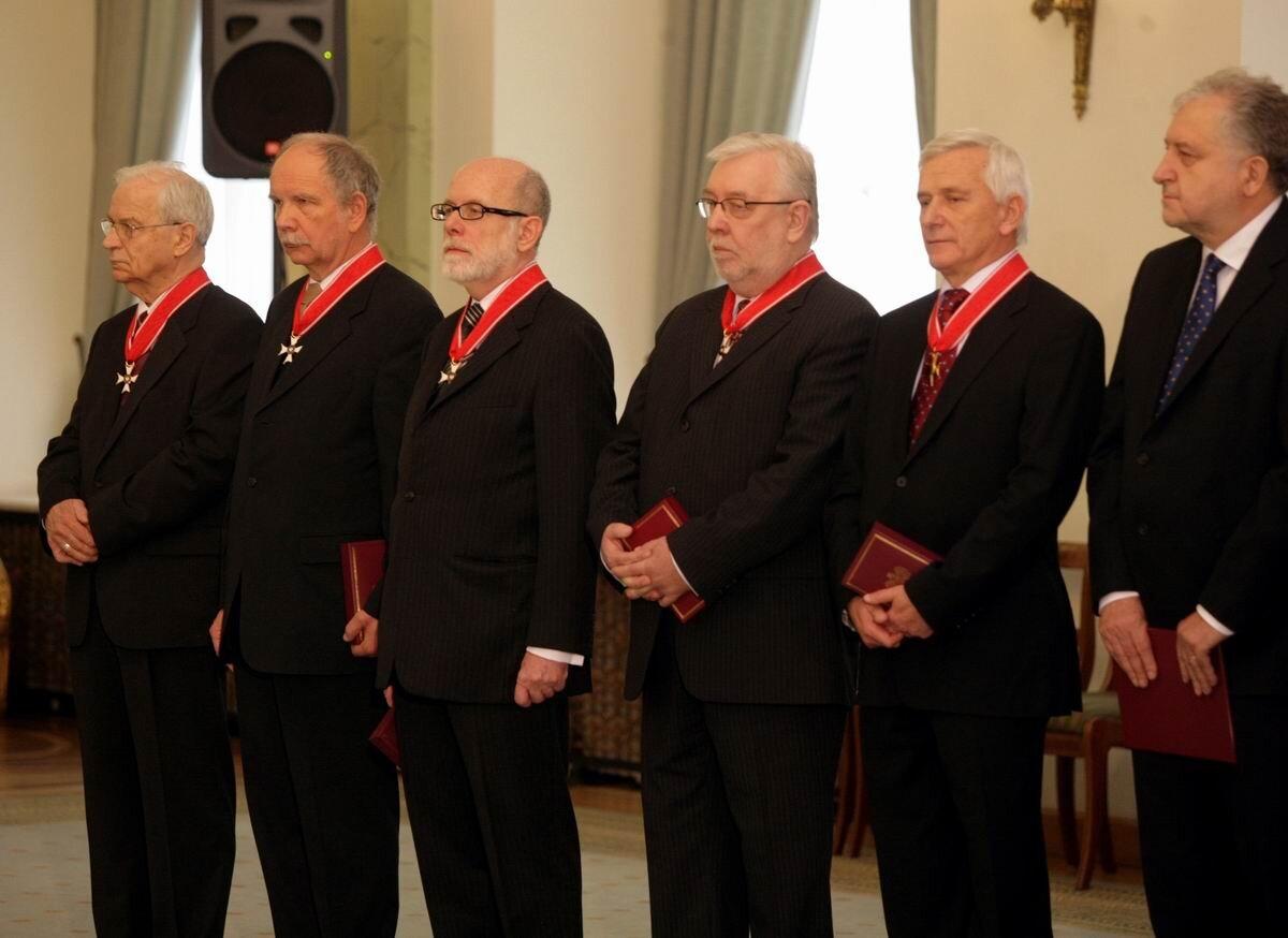 Prezesi Trybunału Konstytucyjnego, rok 2010 Źródło: KPRP, Prezesi Trybunału Konstytucyjnego, rok 2010, licencja: CC BY-SA 3.0.