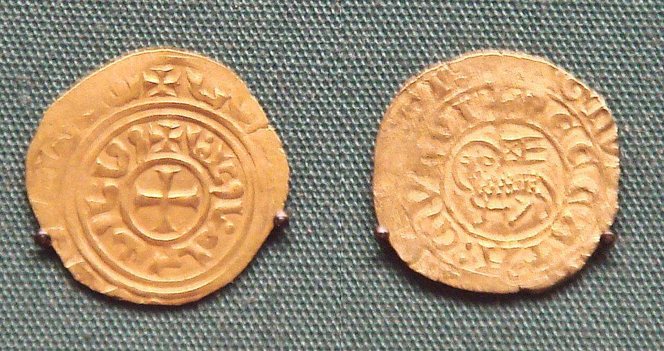 Złota moneta Fryderyka II Hohenstaufa Źródło: PHGCOM, Złota moneta Fryderyka II Hohenstaufa, licencja: CC BY-SA 3.0.