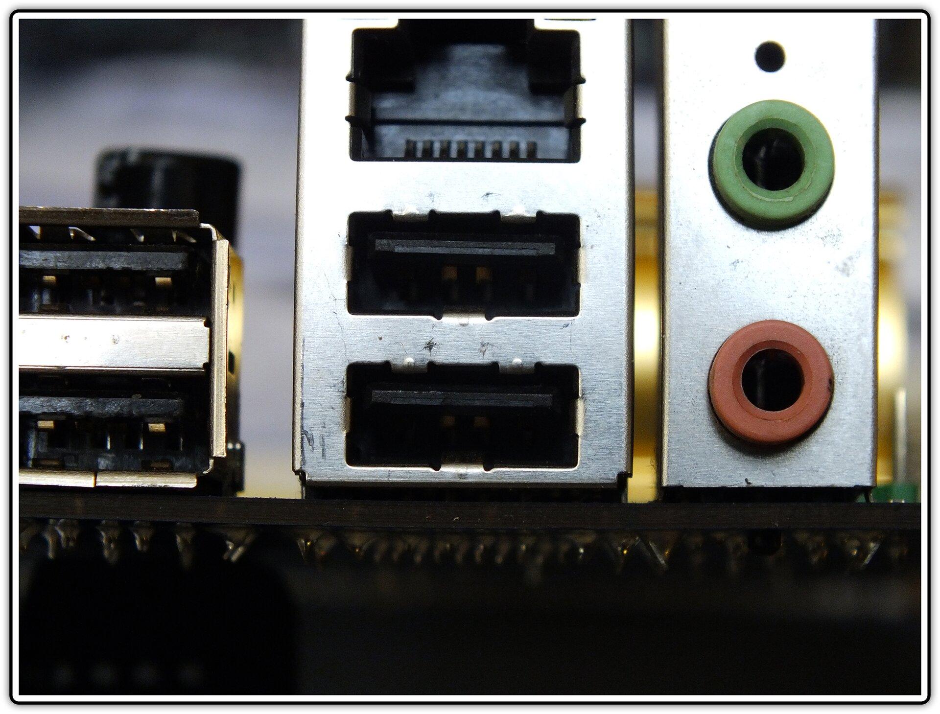 Fotografia przedstawiająca m.in. gniazda USB